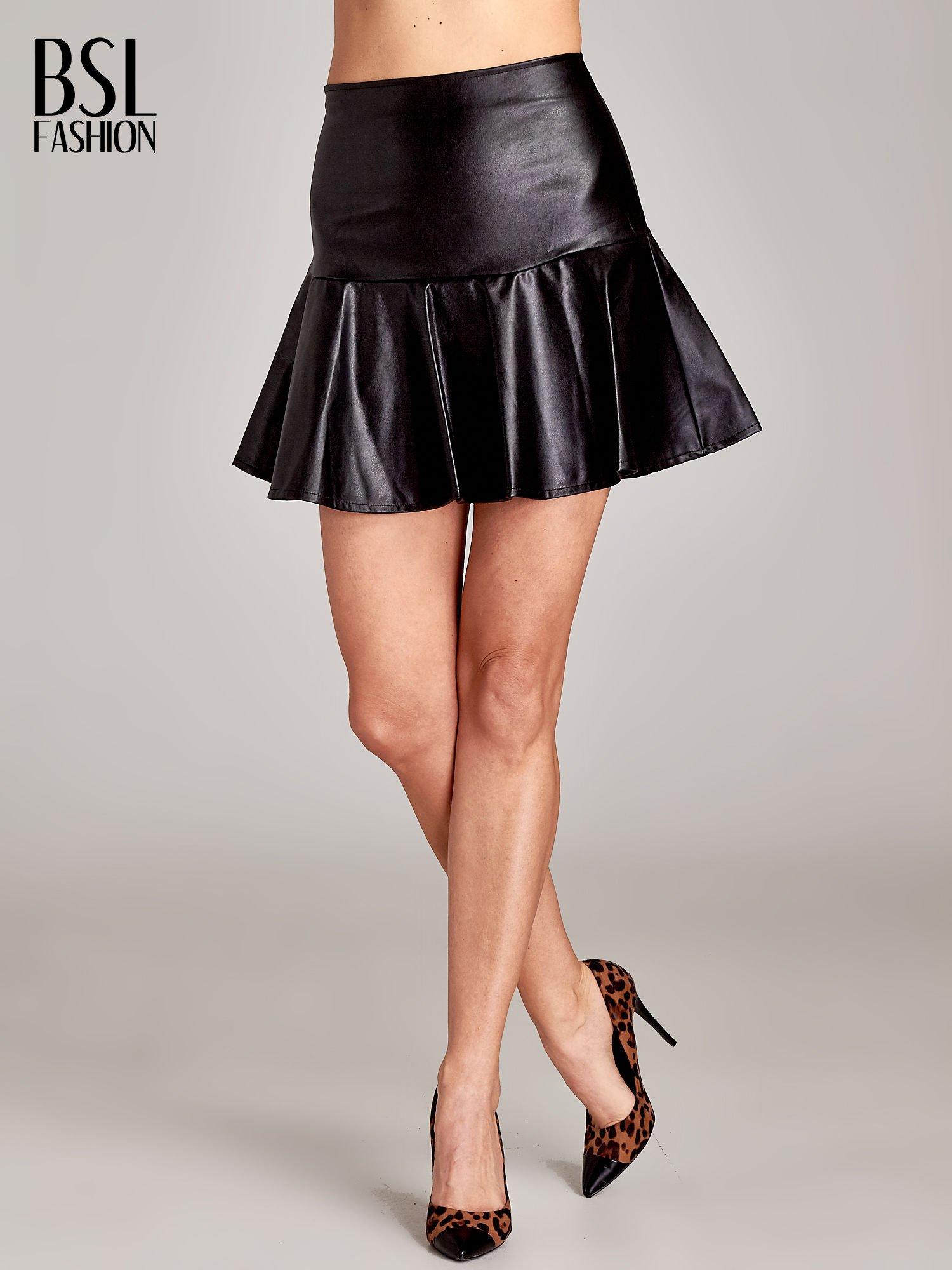 Czarna skórzana spódnica mini z falbaną                                  zdj.                                  1