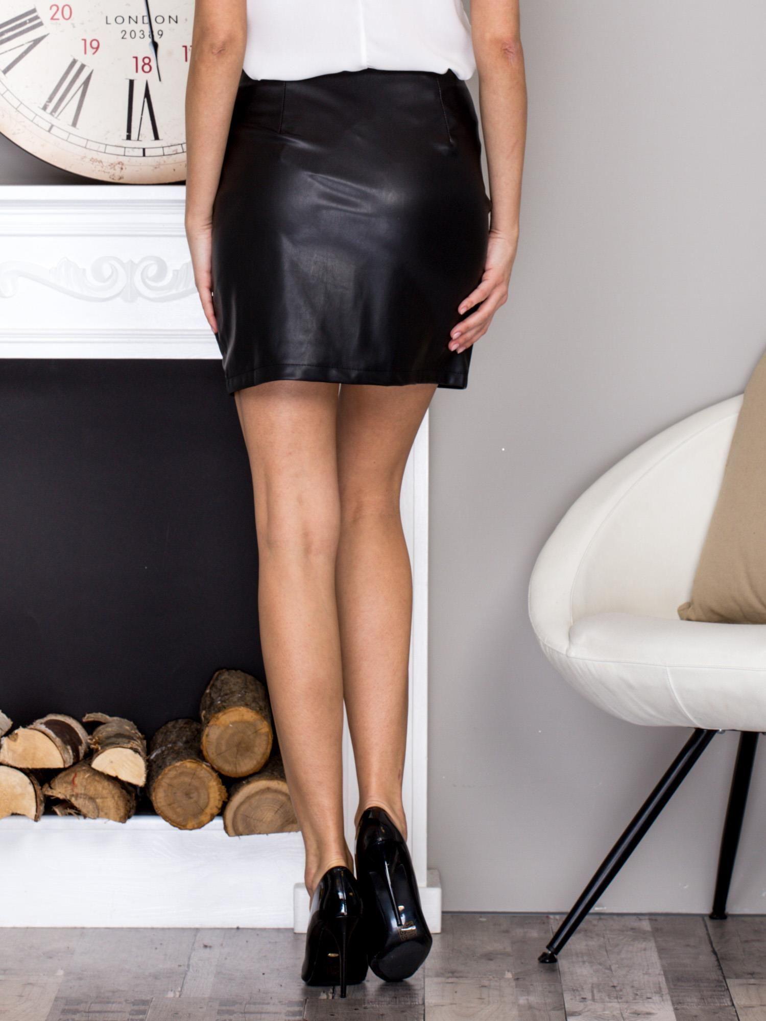 c95a711c12ce Czarna spódnica mini z marszczeniem i ozdobnym suwakiem - Spódnica ...