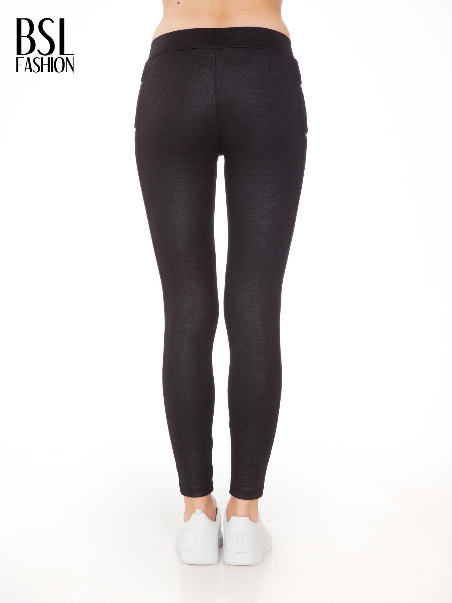 Czarna spodnie tregginsy tłoczone w geometryczny wzór                                  zdj.                                  2