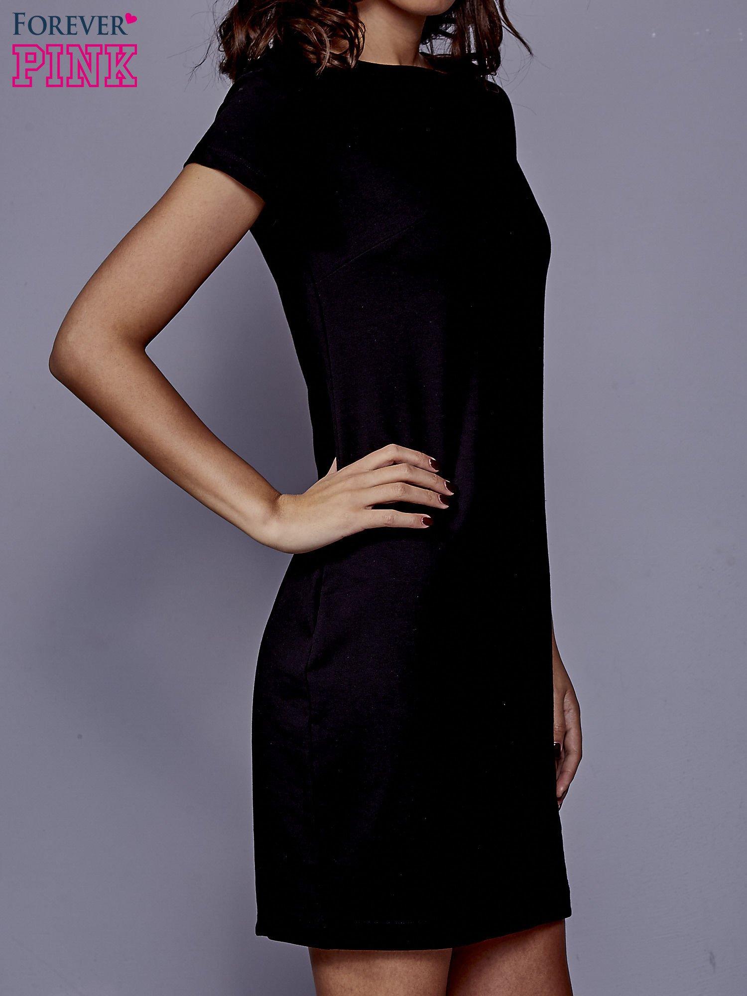 Czarna sukienka dresowa o prostym kroju                                  zdj.                                  3
