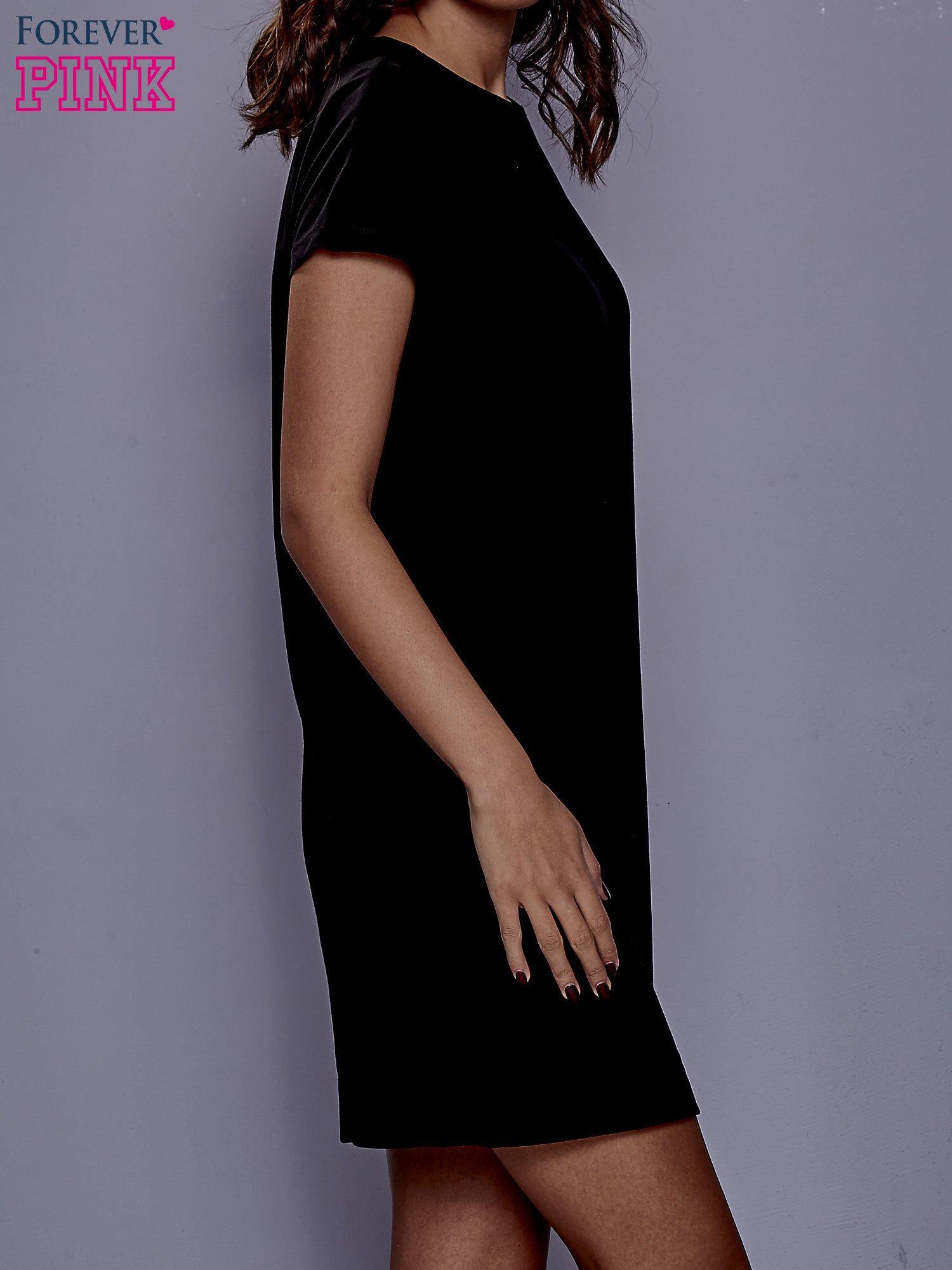 Czarna sukienka dresowa z kieszeniami po bokach                                  zdj.                                  3