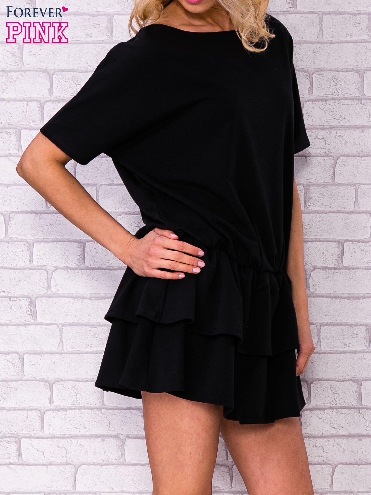 Czarna sukienka dresowa z podwójną falbaną                                  zdj.                                  3