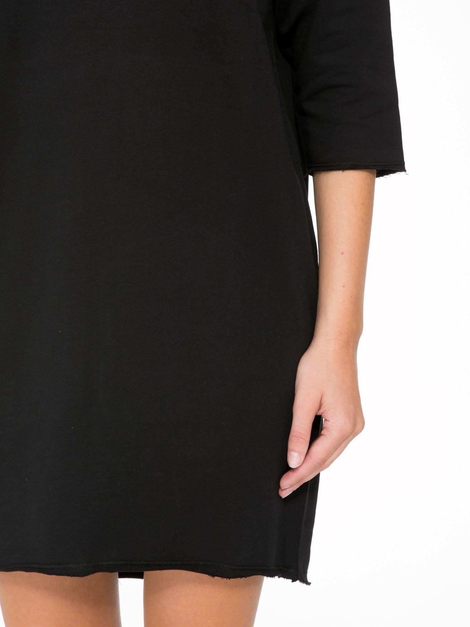 Czarna sukienka oversize z surowym wykończeniem                                  zdj.                                  7
