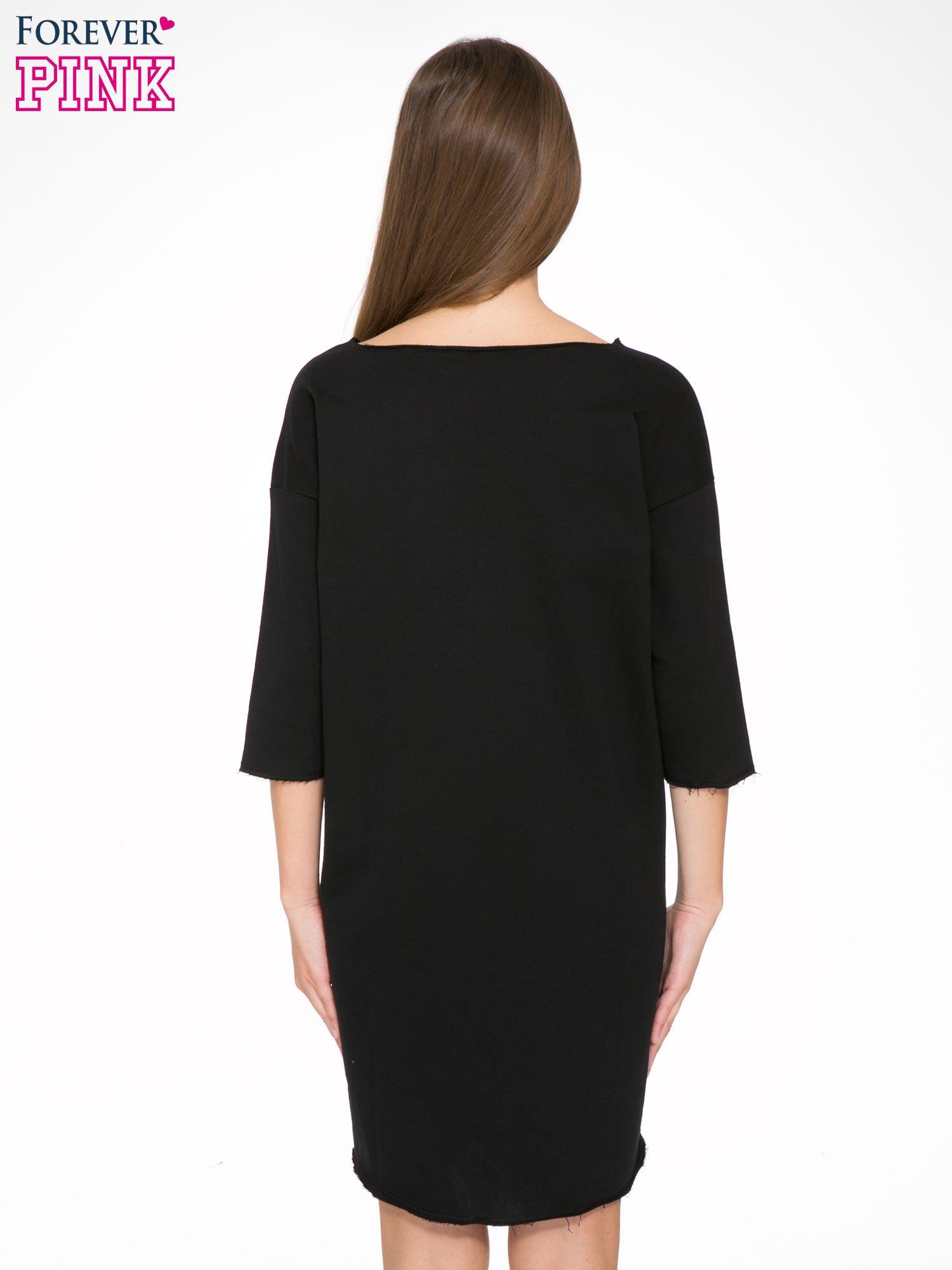 Czarna sukienka oversize z surowym wykończeniem                                  zdj.                                  4