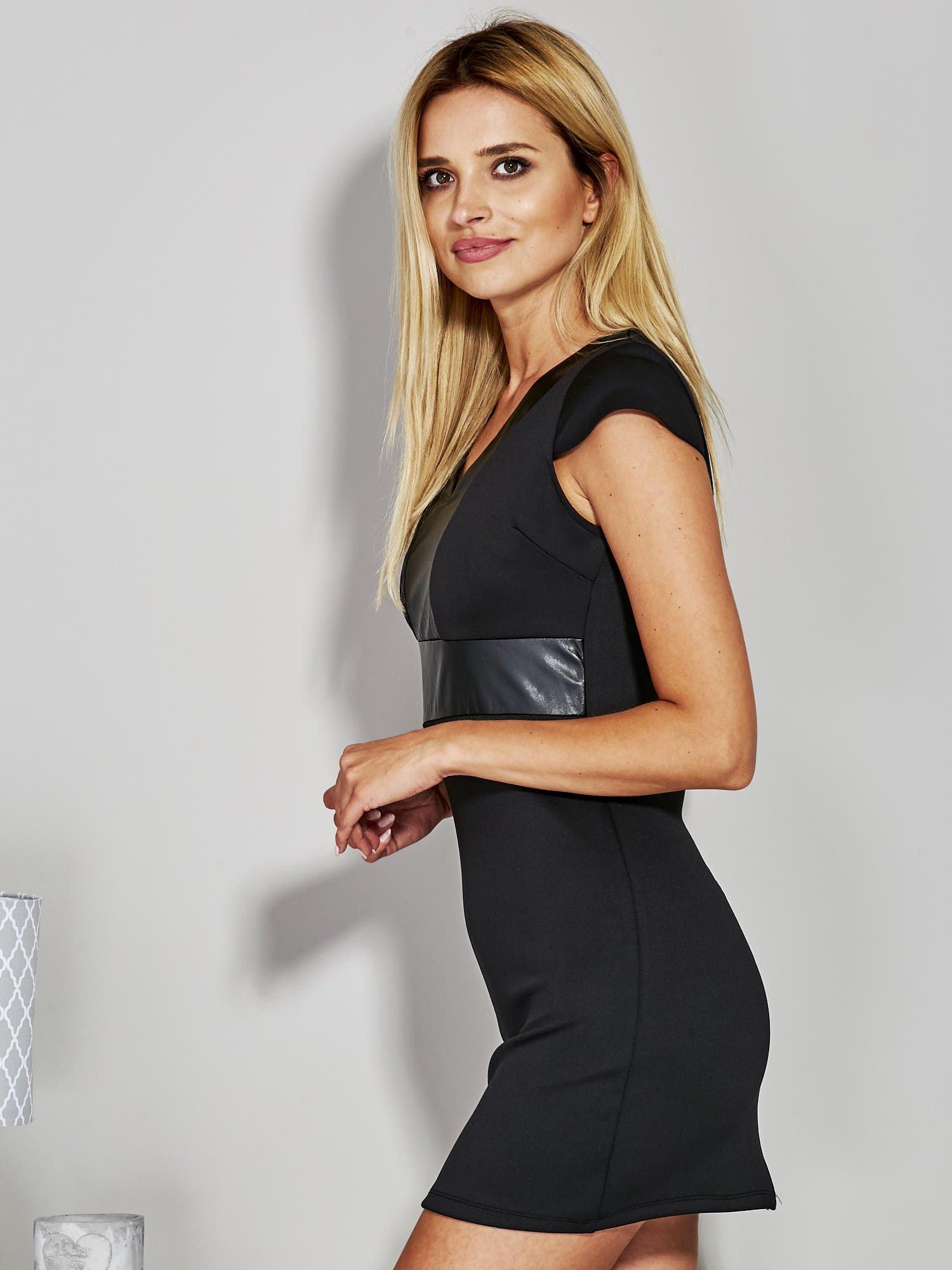 Czarna sukienka tuba ze skórzanymi wstawkami                                  zdj.                                  1