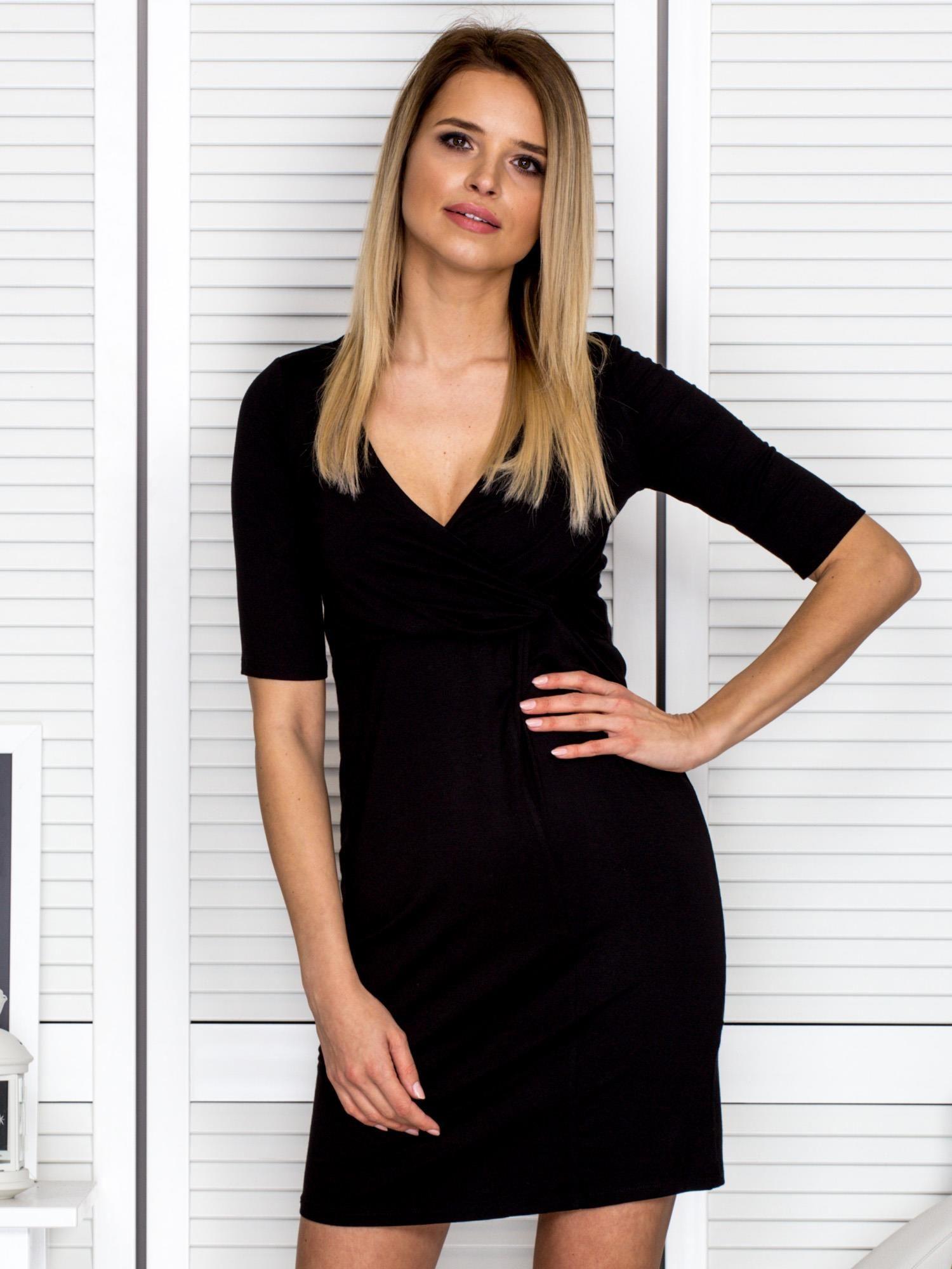 Czarna sukienka z drapowanym dekoltem