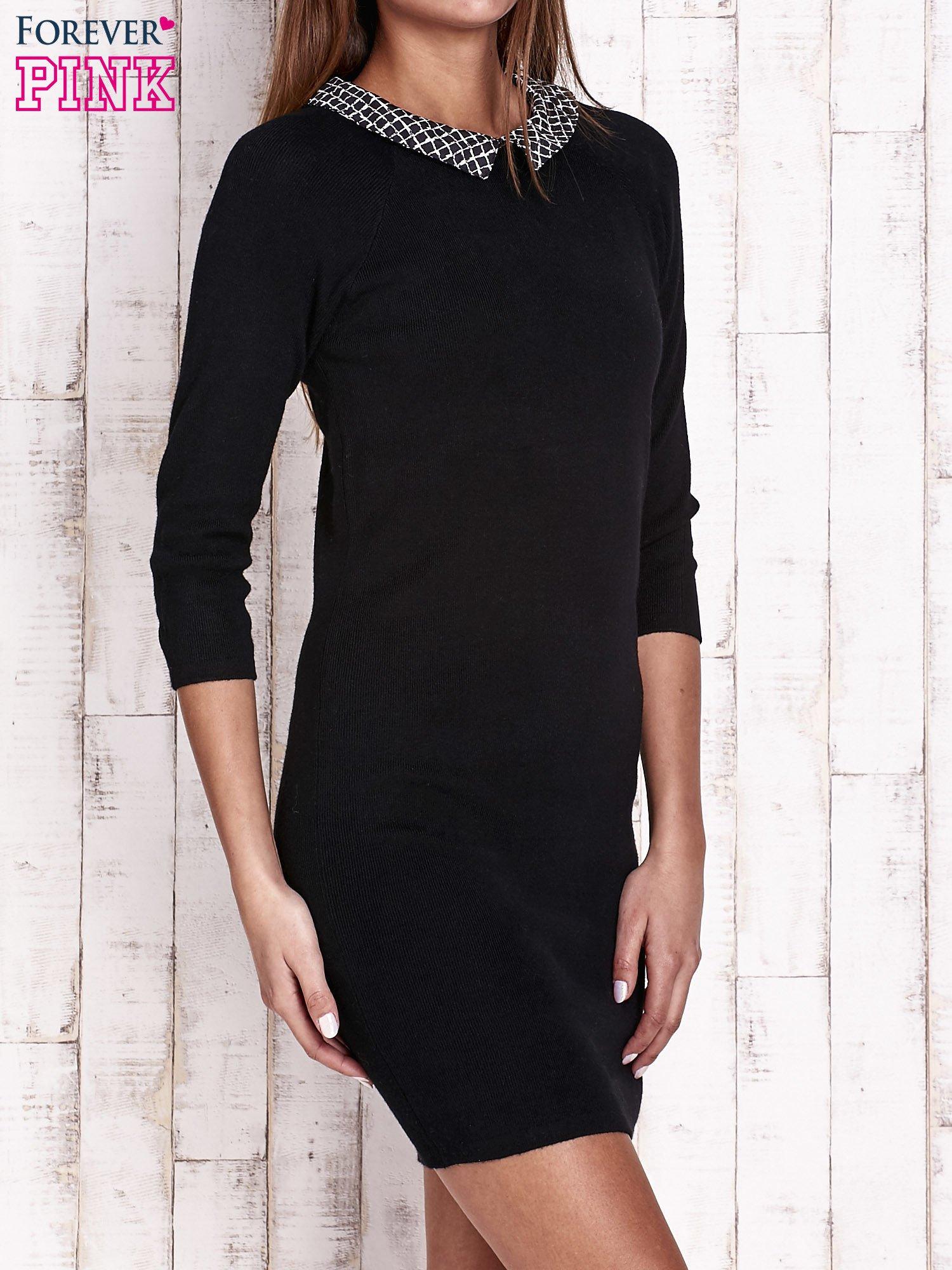 Czarna sukienka z graficznym kołnierzykiem                                   zdj.                                  3
