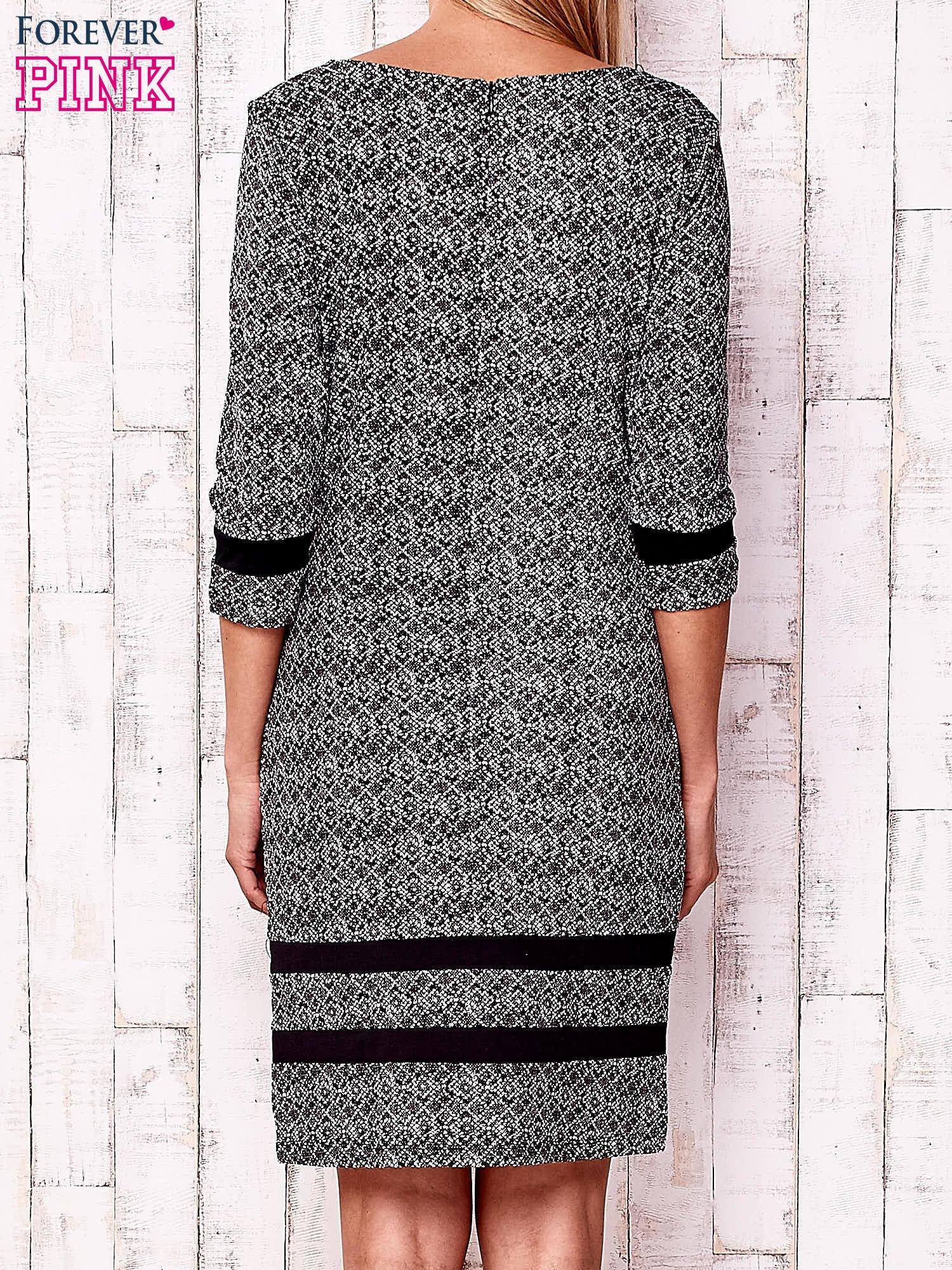 Czarna sukienka z graficznym nadrukiem i materiałowymi wstawkami                                  zdj.                                  4