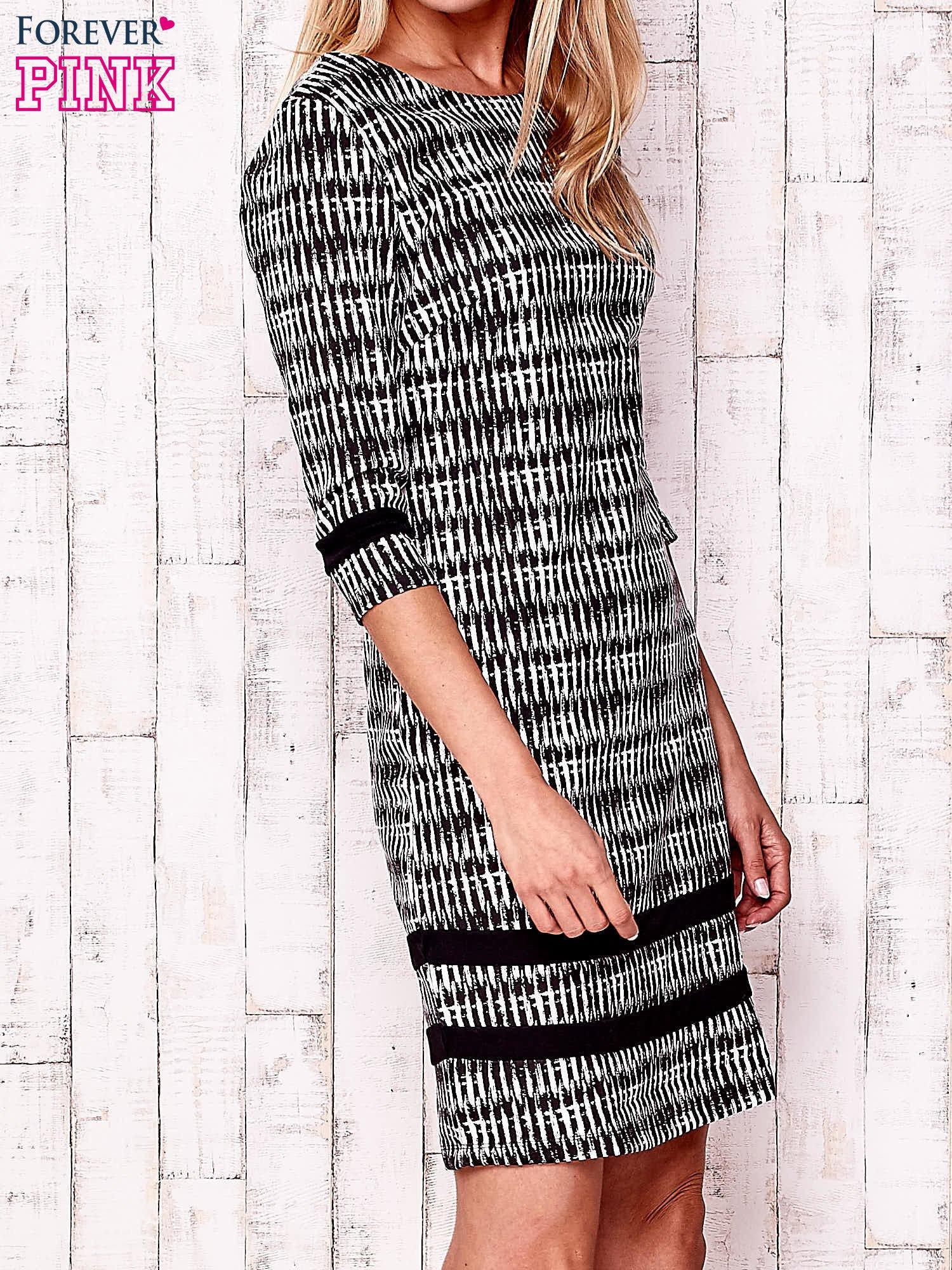 Czarna sukienka z motywem graficznym i materiałowymi wstawkami                                  zdj.                                  3