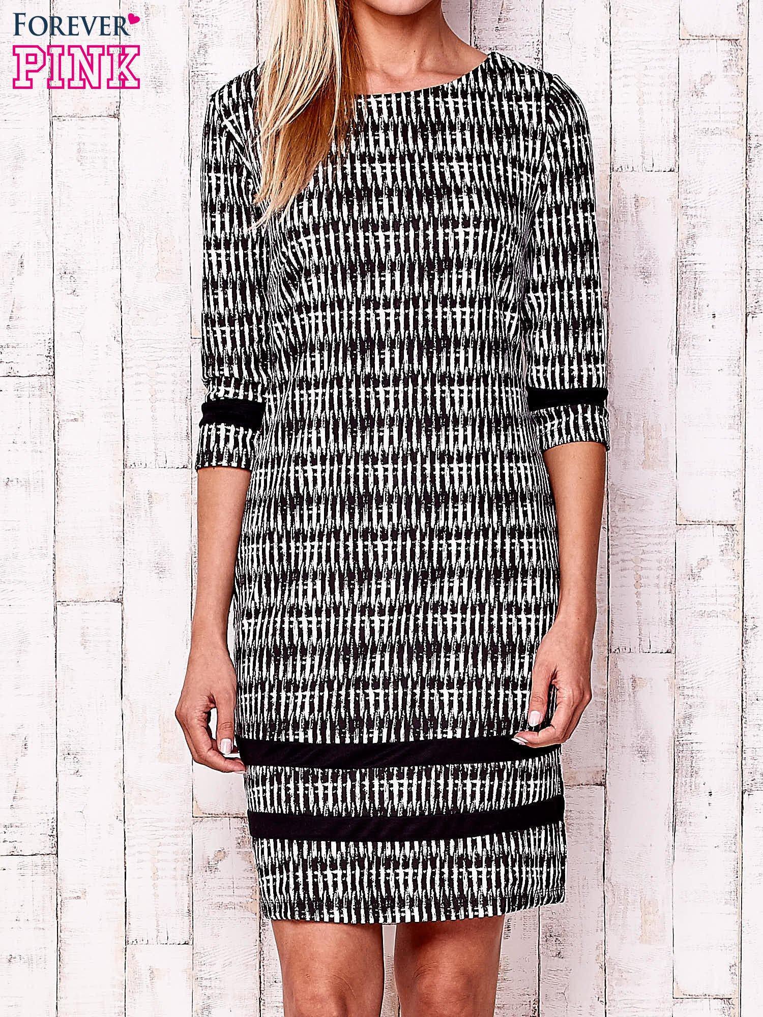 Czarna sukienka z motywem graficznym i materiałowymi wstawkami                                  zdj.                                  1