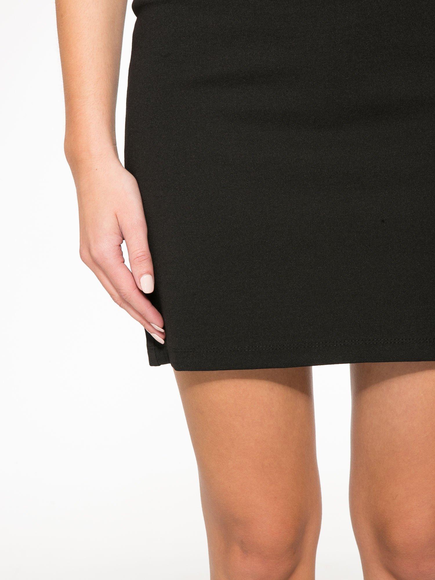 Czarna sukienka z siateczkowymi wstawkami na dekolcie i plecach                                  zdj.                                  7