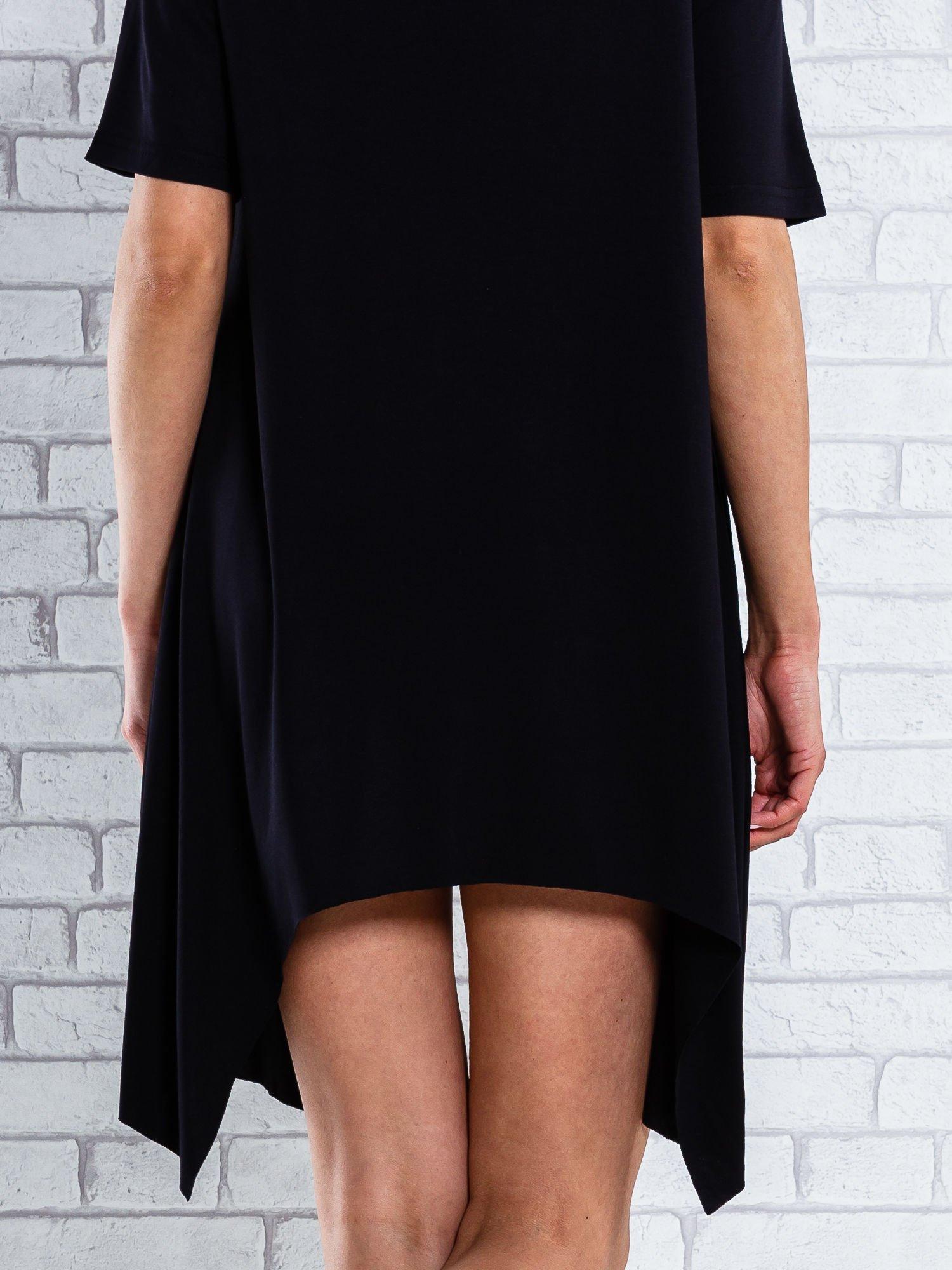 Czarna sukienka z wydłużanymi bokami                                  zdj.                                  5