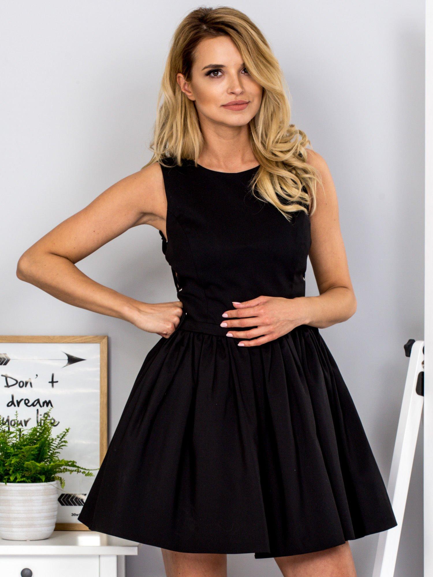 12c6f6d43c Czarna sukienka ze sznurowaniem po bokach - Sukienka koktajlowa ...