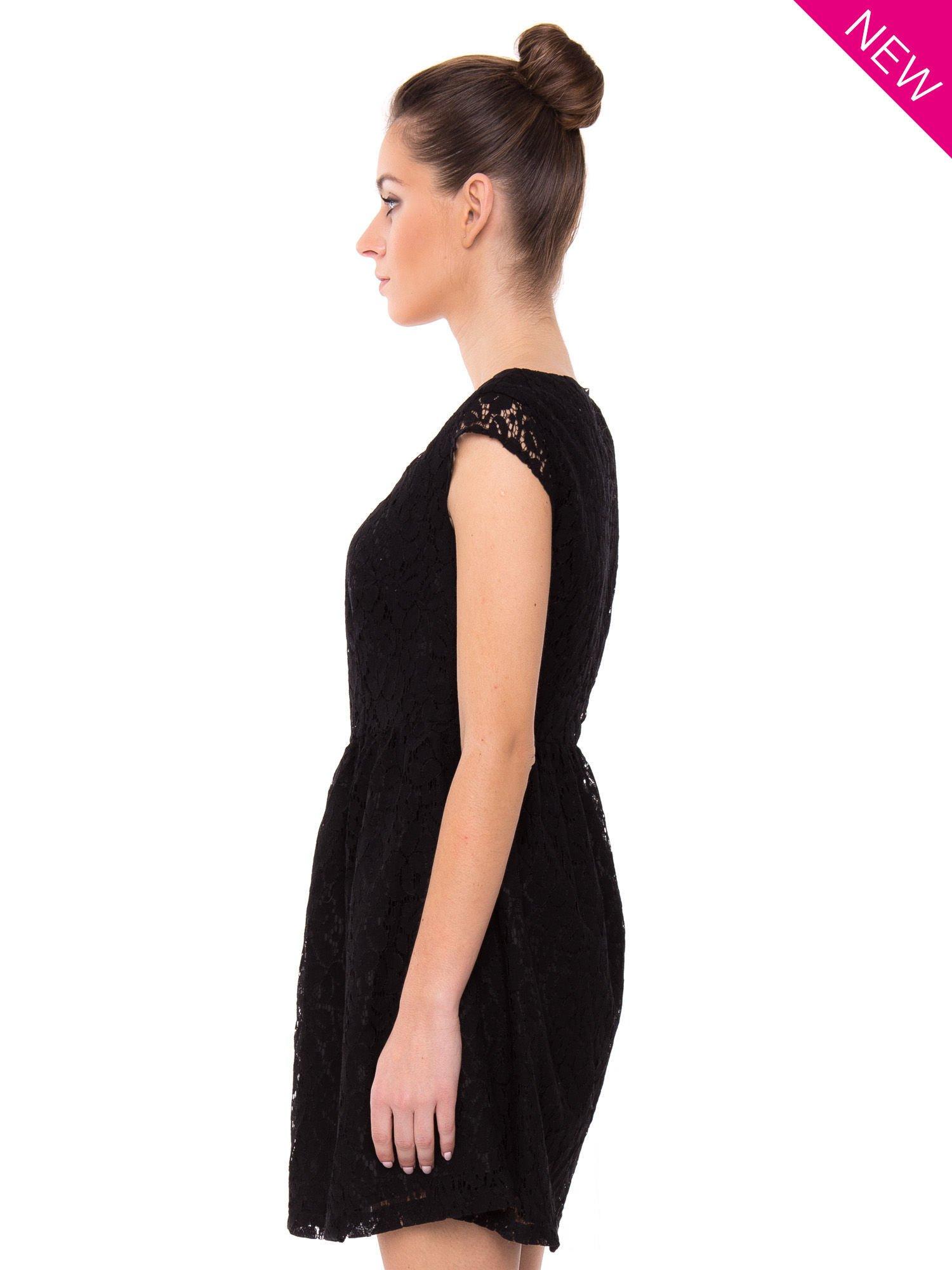 Czarna taliowana sukienka z koronki                                  zdj.                                  3
