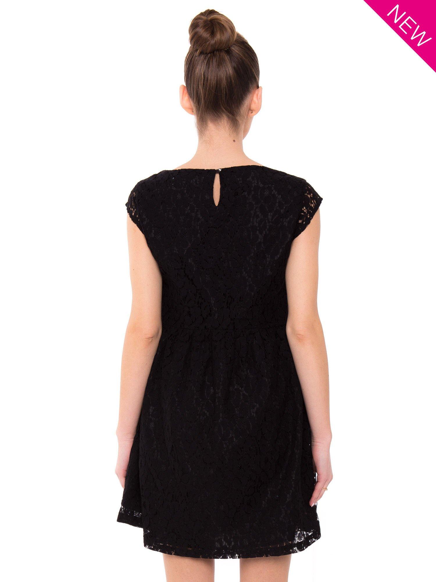 Czarna taliowana sukienka z koronki                                  zdj.                                  4
