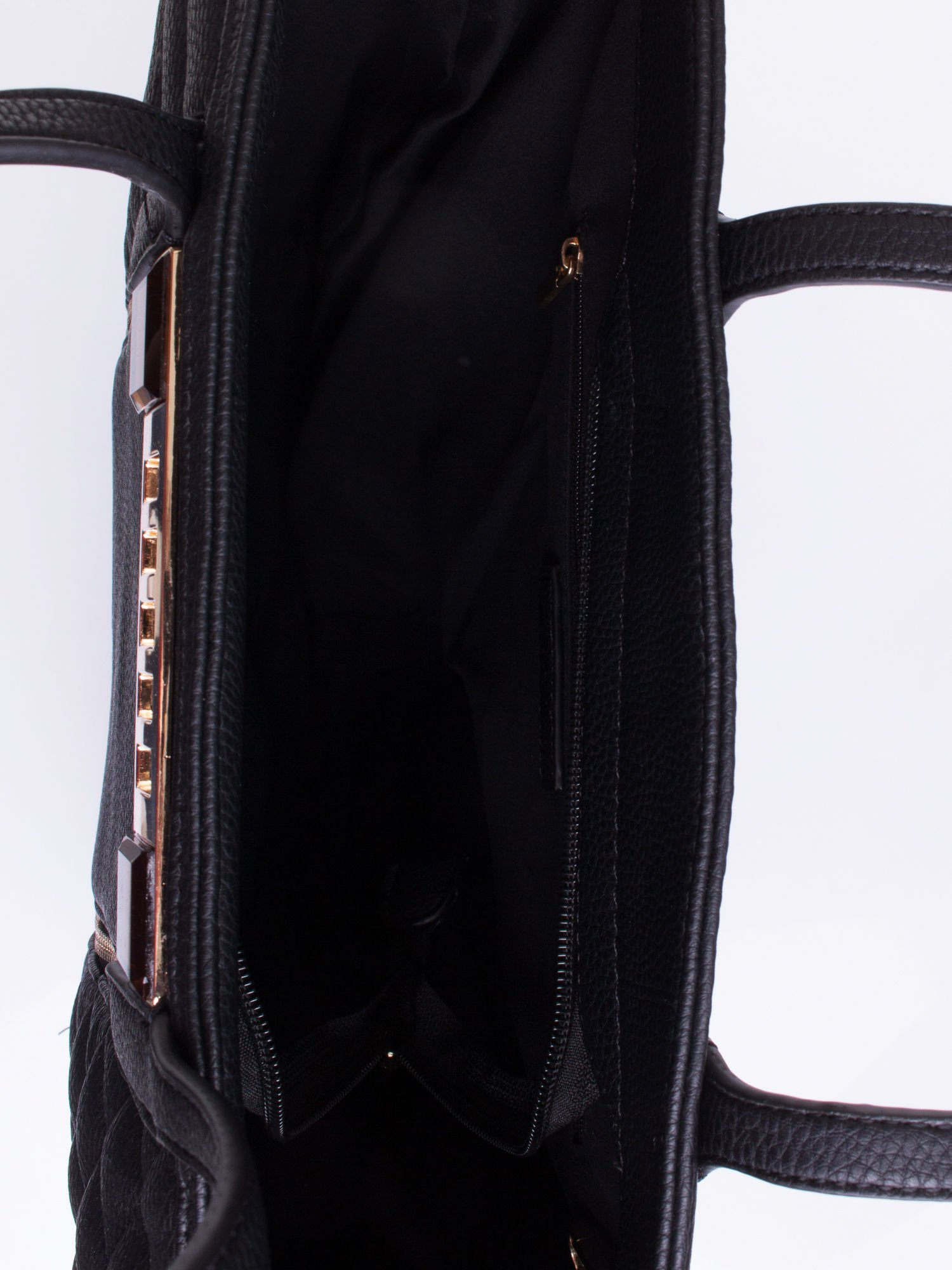 Czarna torba ze złoceniami i asymetrycznym pikowaniem po bokach                                  zdj.                                  4