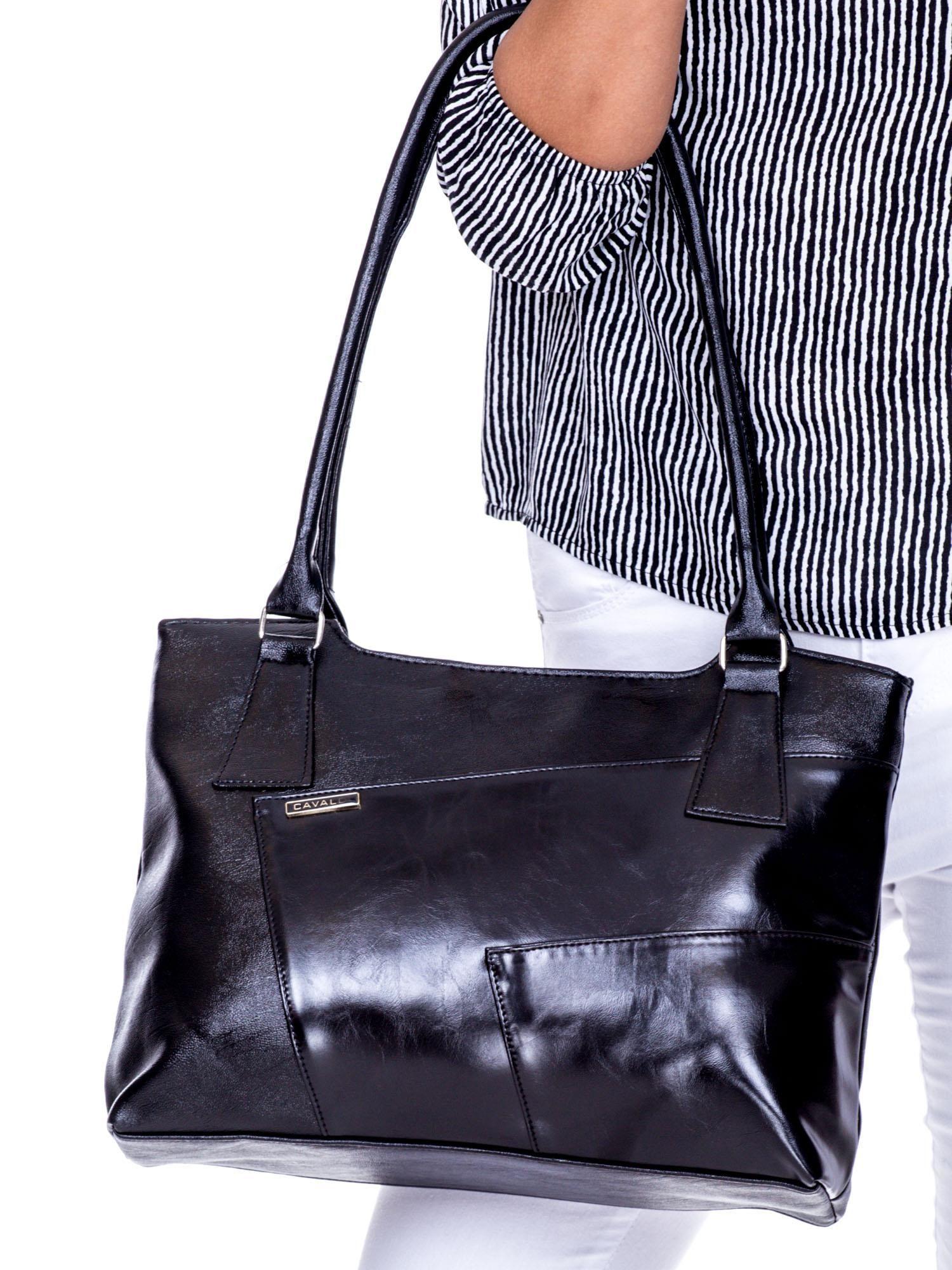 6a5e2fce8dca1 Czarna torebka damska na ramię z przeszyciami - Akcesoria torba ...