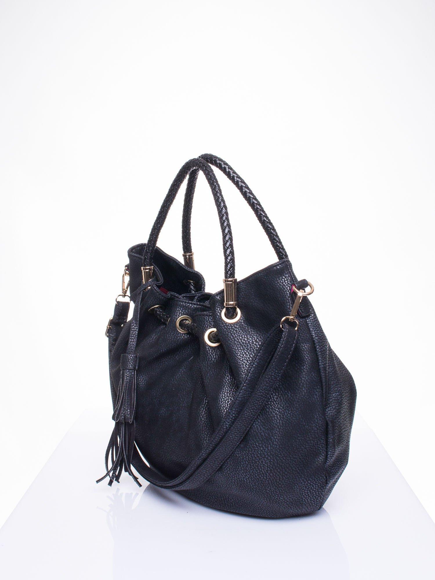 Czarna torebka z plecionymi uchwytami i frędzlami                                  zdj.                                  2