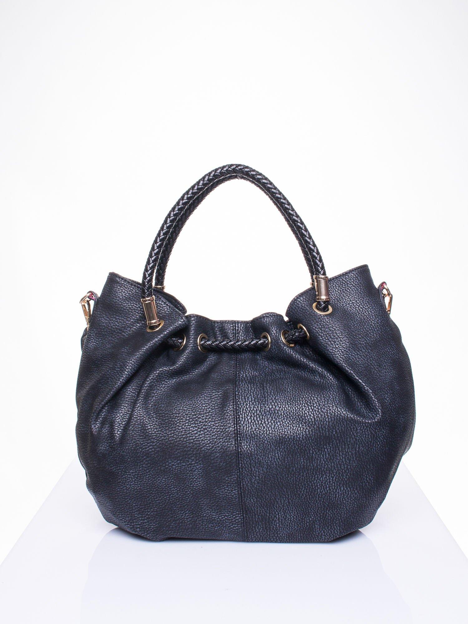 Czarna torebka z plecionymi uchwytami i frędzlami                                  zdj.                                  3