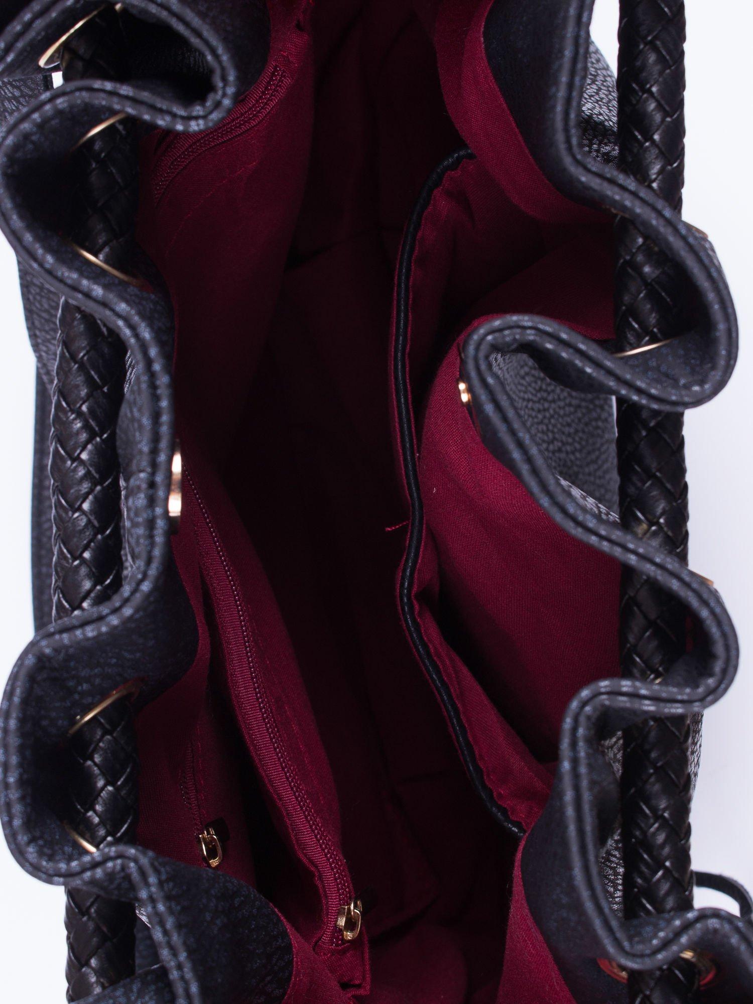 Czarna torebka z plecionymi uchwytami i frędzlami                                  zdj.                                  4