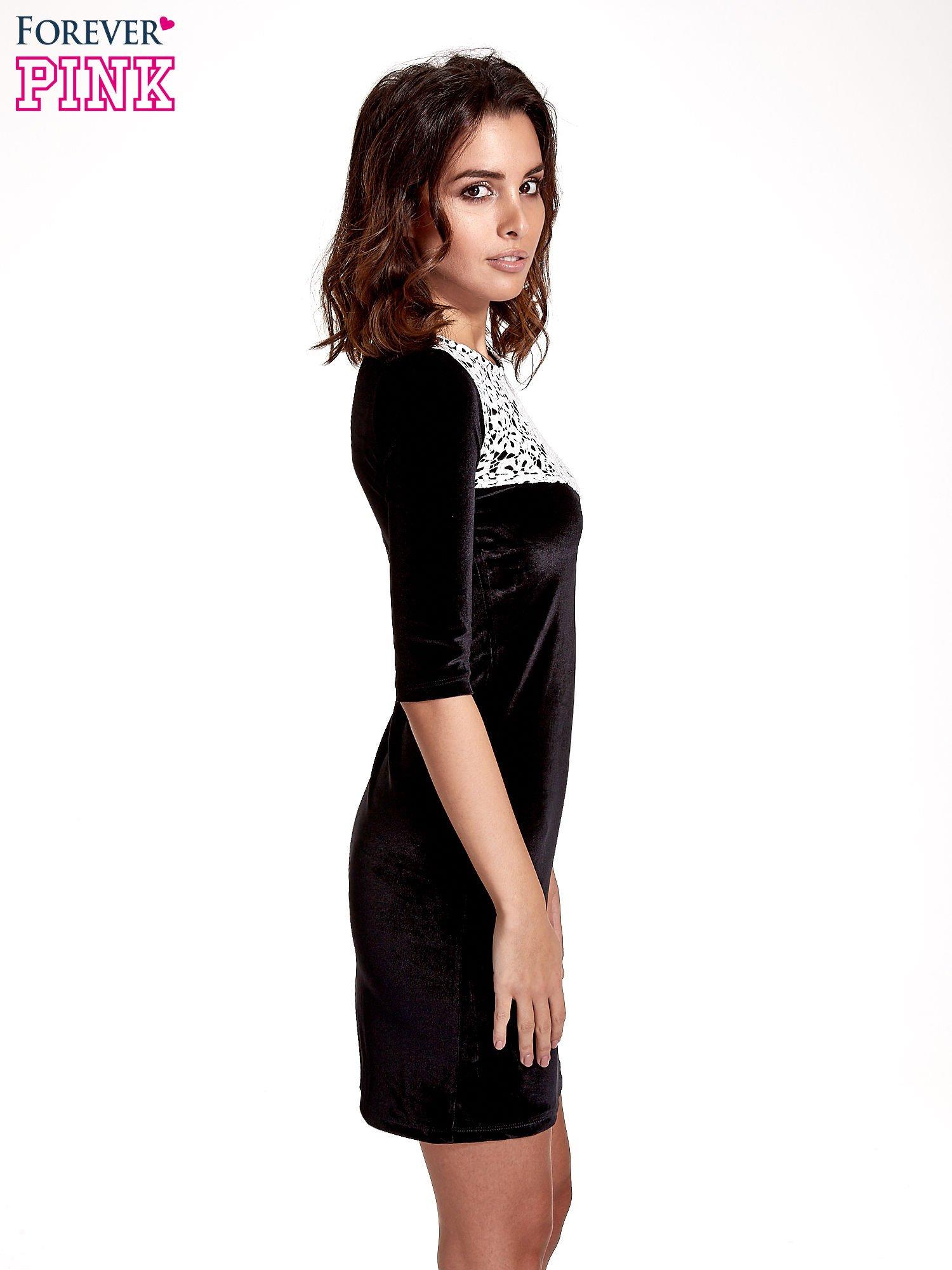 Czarna welurowa sukienka z koronkowym wykończeniem                                  zdj.                                  3