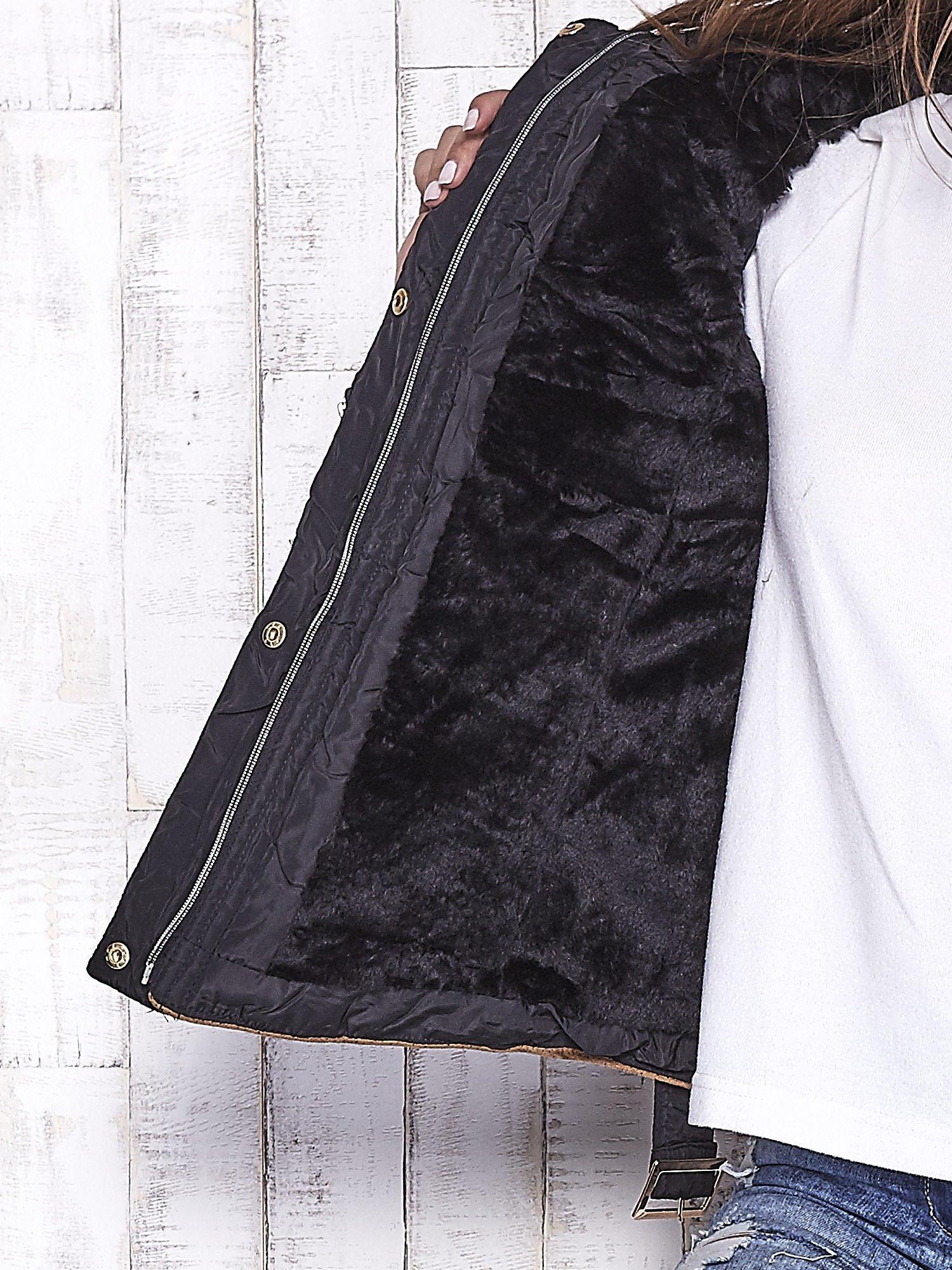 Czarna zimowa kurtka z futrzanym kapturem i paskiem                                  zdj.                                  7