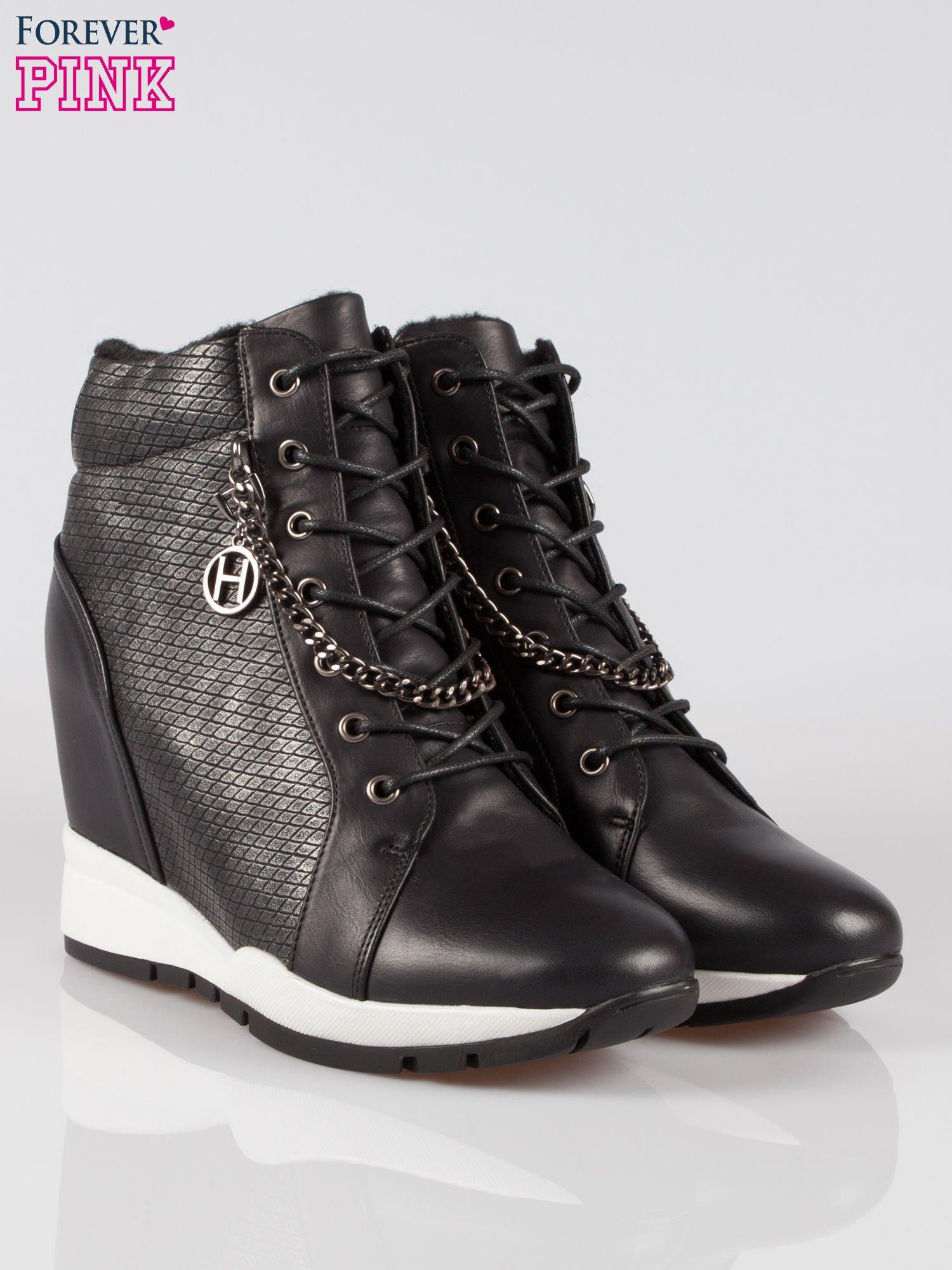 Czarne błyszczące sneakersy z łańcuszkiem                                  zdj.                                  2
