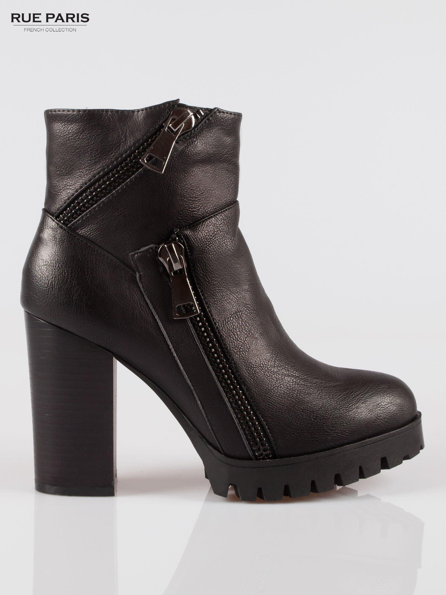 Czarne botki na słupku z zamkami w stylu biker boots                                  zdj.                                  1