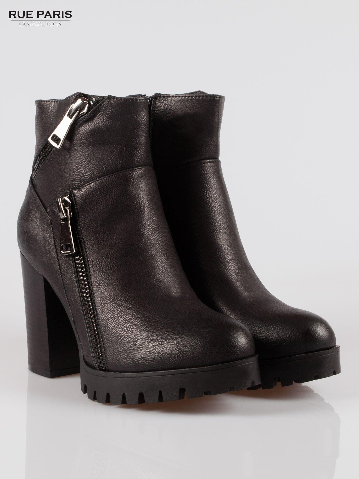 Czarne botki na słupku z zamkami w stylu biker boots                                  zdj.                                  2