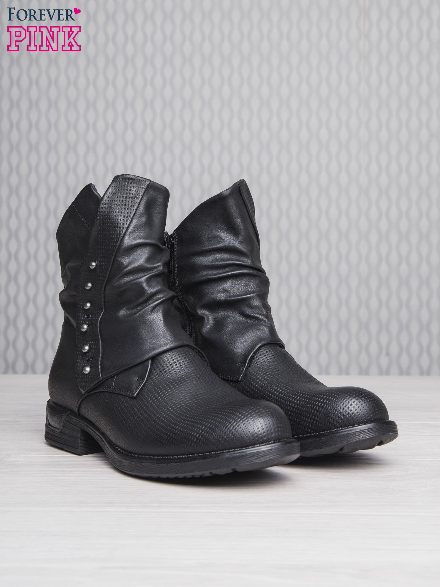 Czarne botki z guziczkami i asymetryczną cholewką za kostkę                                  zdj.                                  3