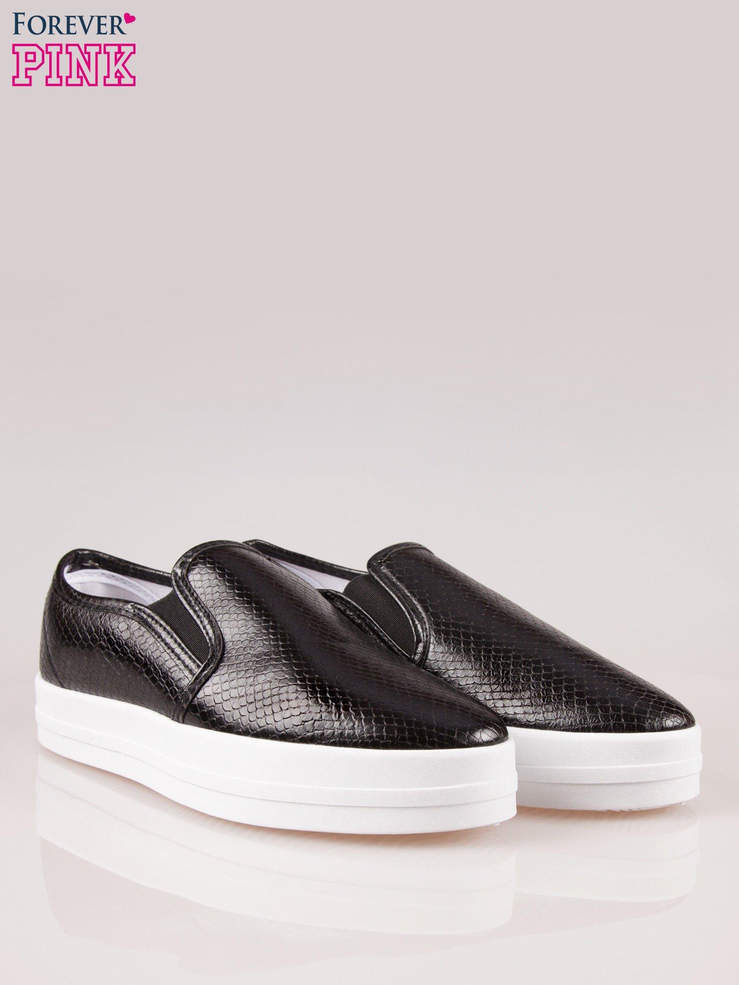 Czarne buty slip on z efektem skóry krokodyla na grubej podeszwie                                  zdj.                                  2