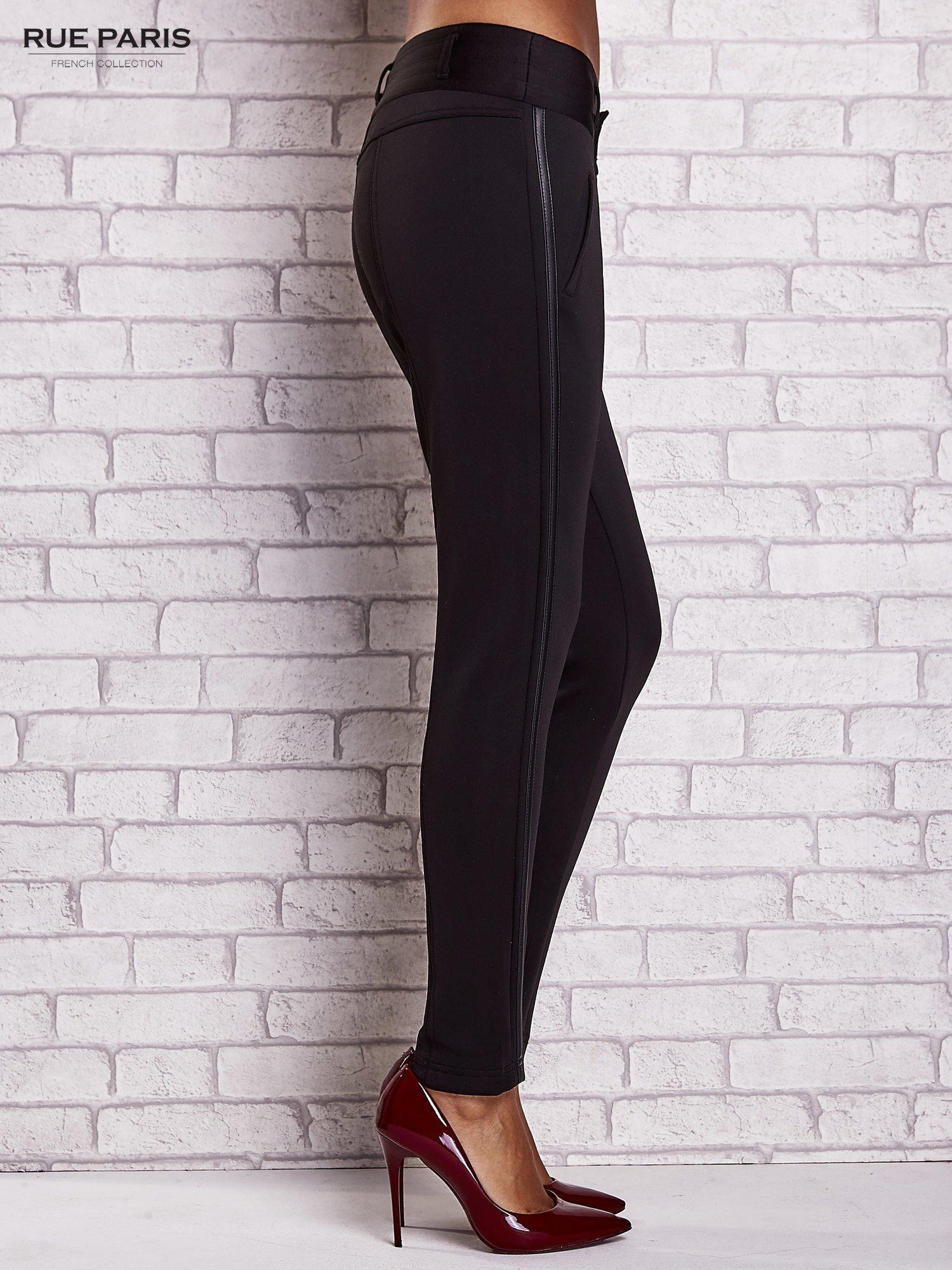 Czarne dopasowane spodnie ze skórzanym lampasem                                  zdj.                                  3