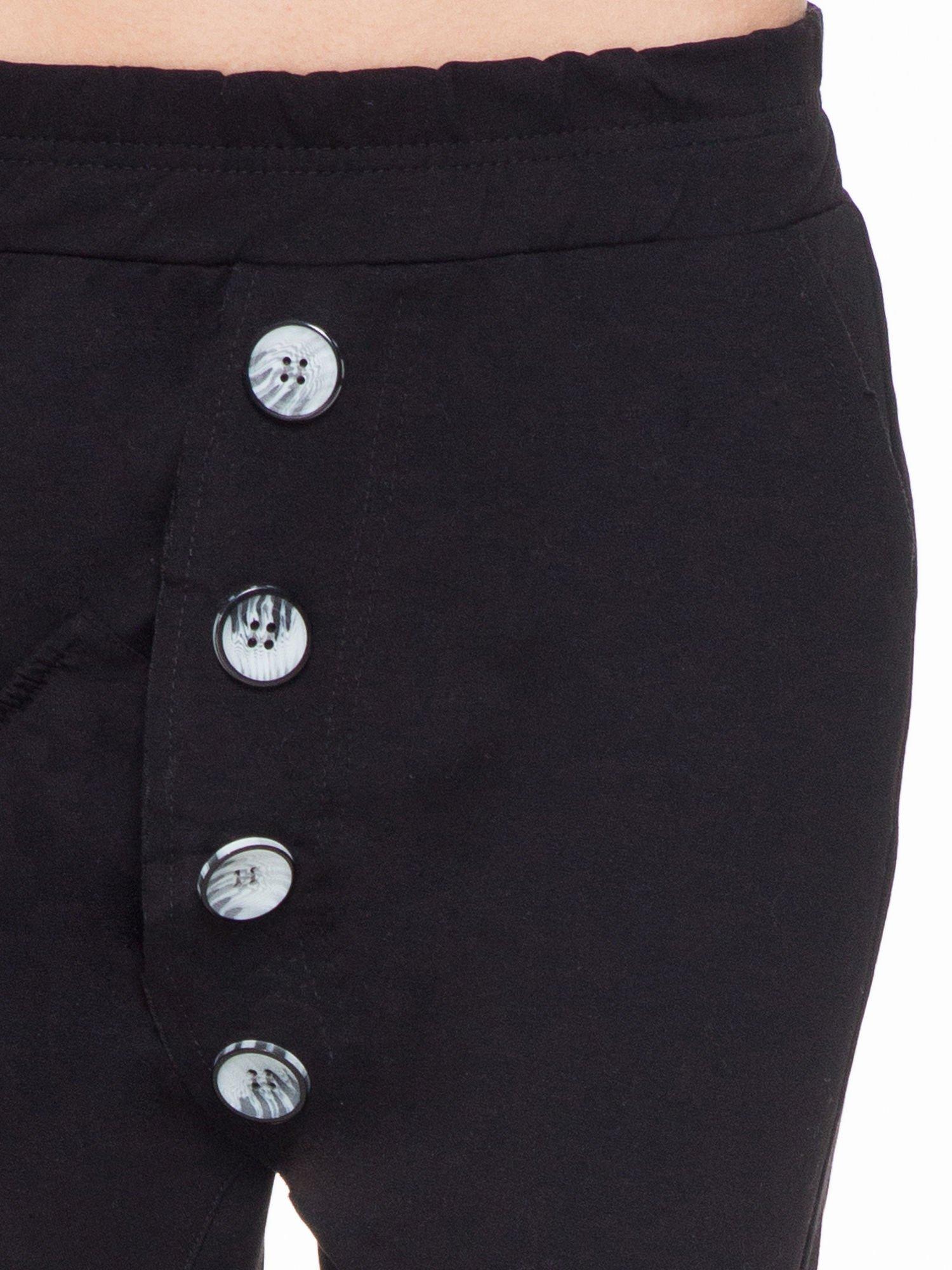 Czarne dresowe spodnie baggy z guzikami i ozdobnymi kieszonkami                                  zdj.                                  5