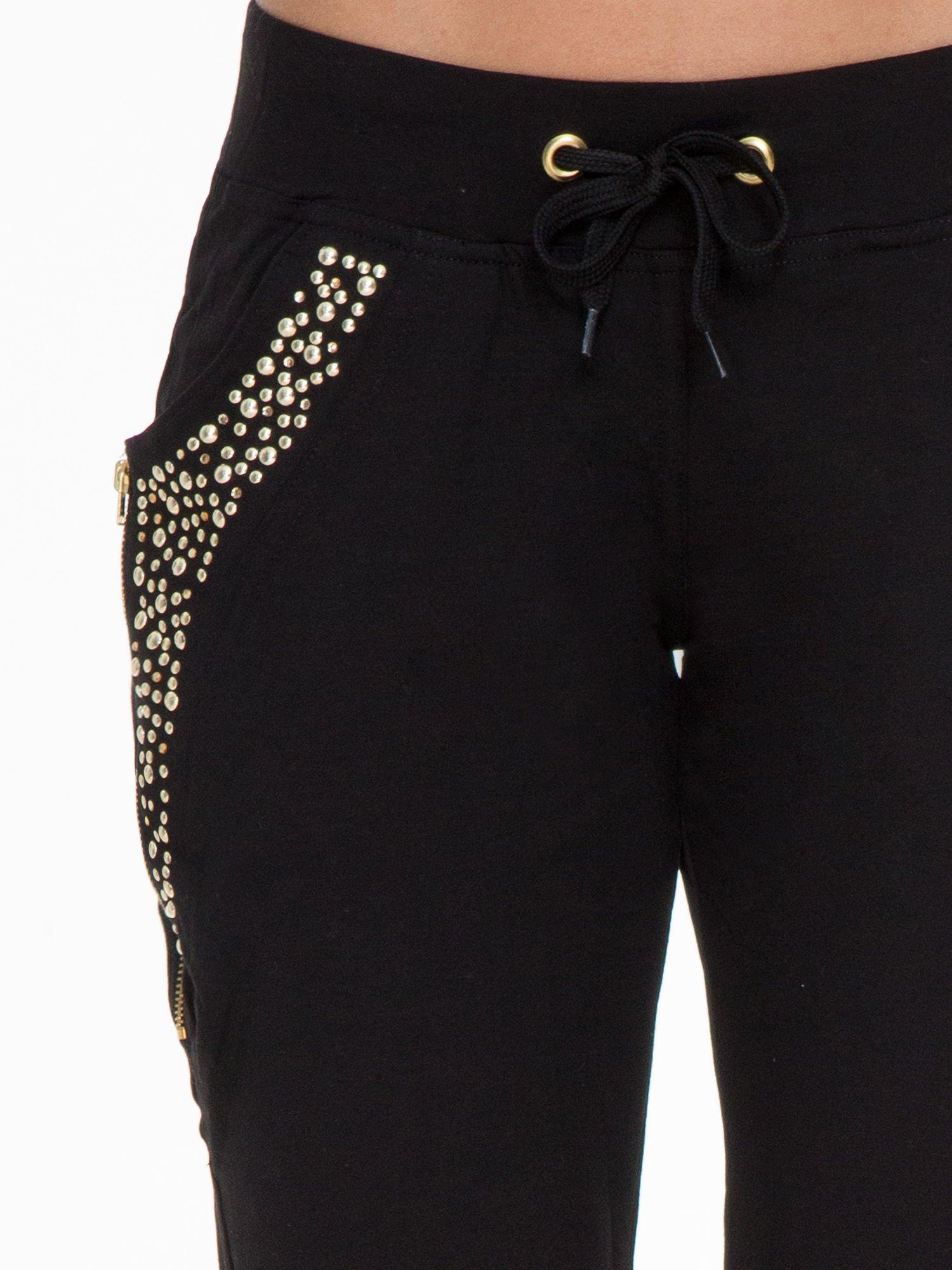 Czarne eleganckie spodnie dresowe z dżetami                                  zdj.                                  5
