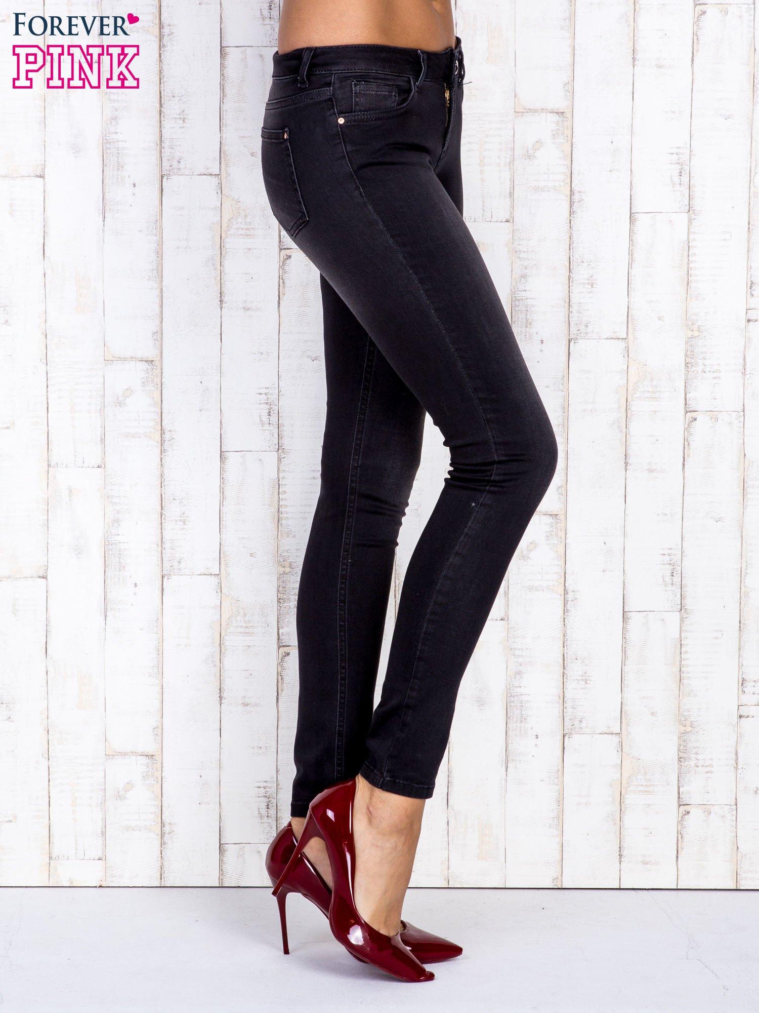 Czarne jeansowe spodnie rurki z przetarciami                                  zdj.                                  2