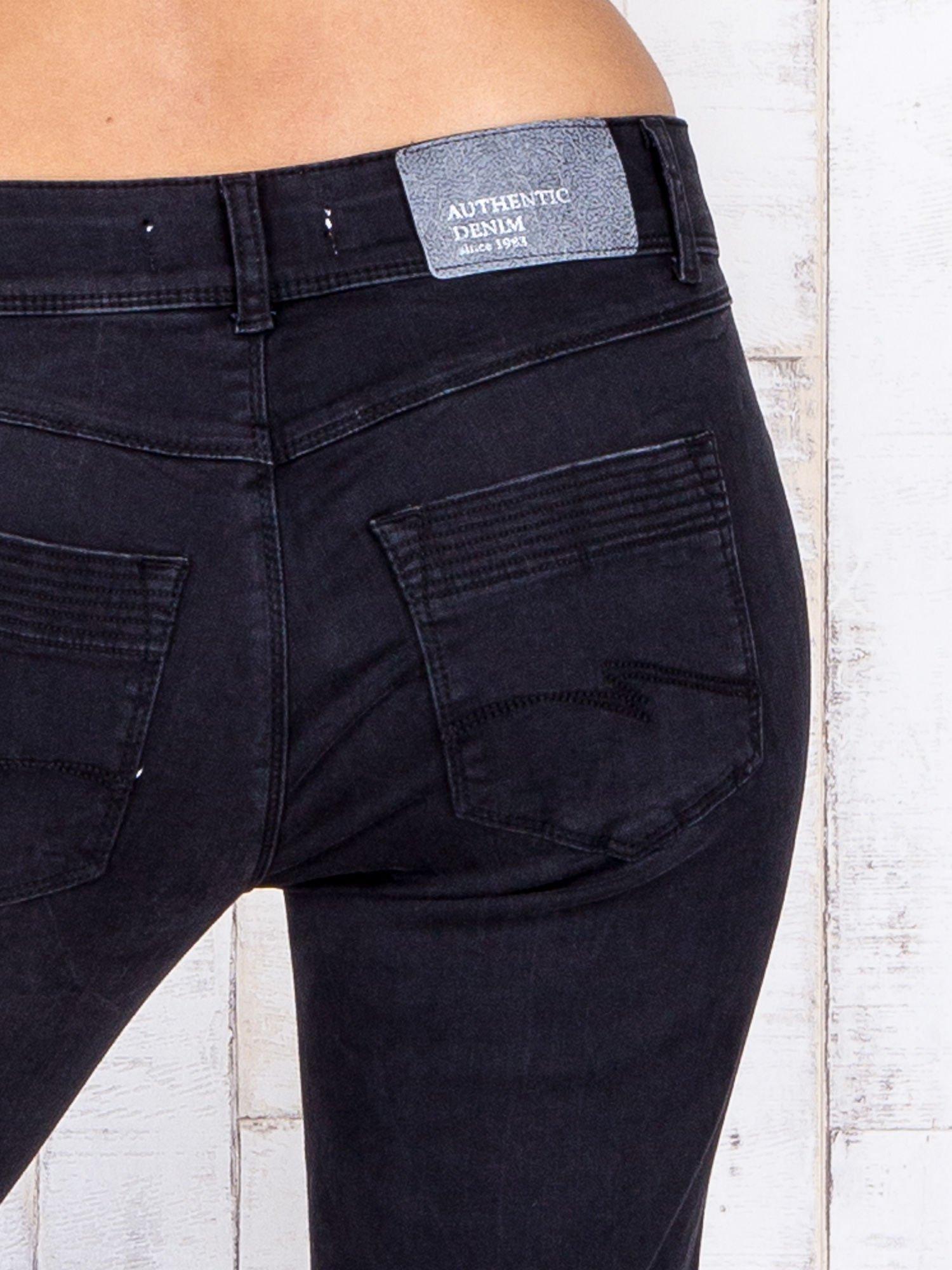 Czarne jeansowe spodnie rybaczki z przetarciami                                  zdj.                                  5