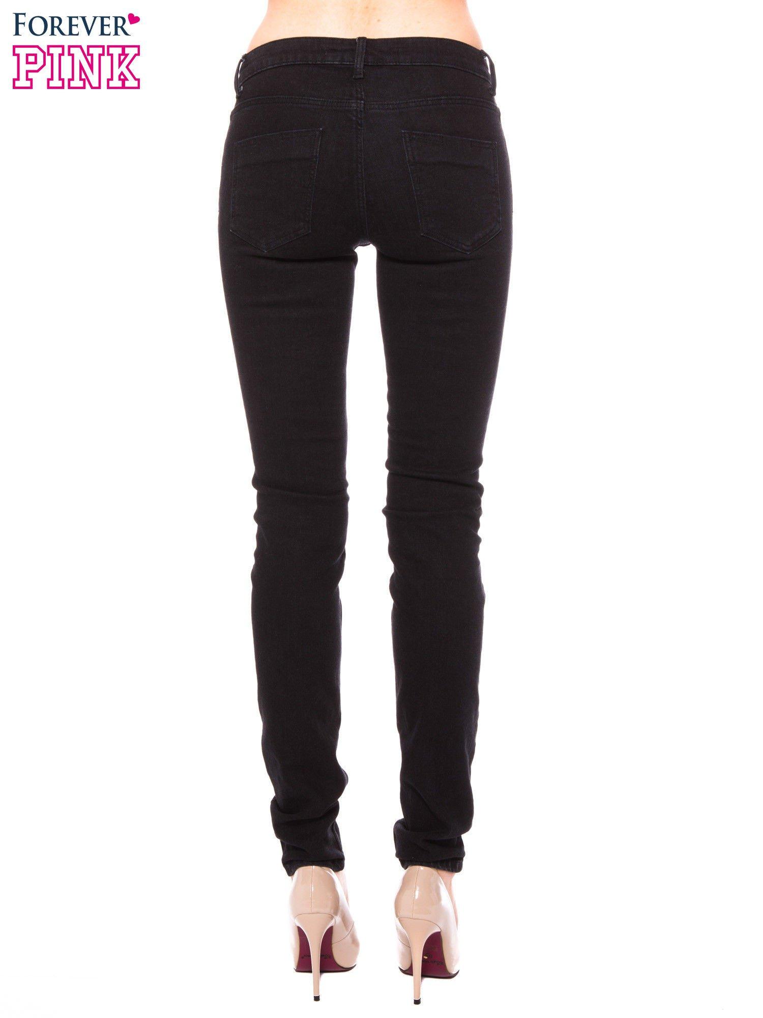 Czarne klasyczne jeansy rurki                                  zdj.                                  3