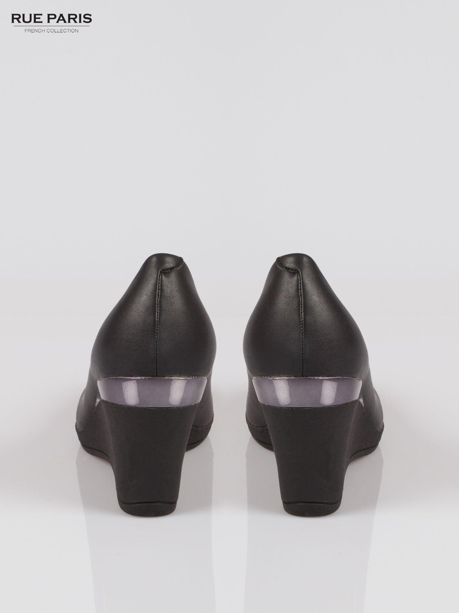 Czarne koturny faux leather Marika ze srebrnym detalem                                  zdj.                                  3