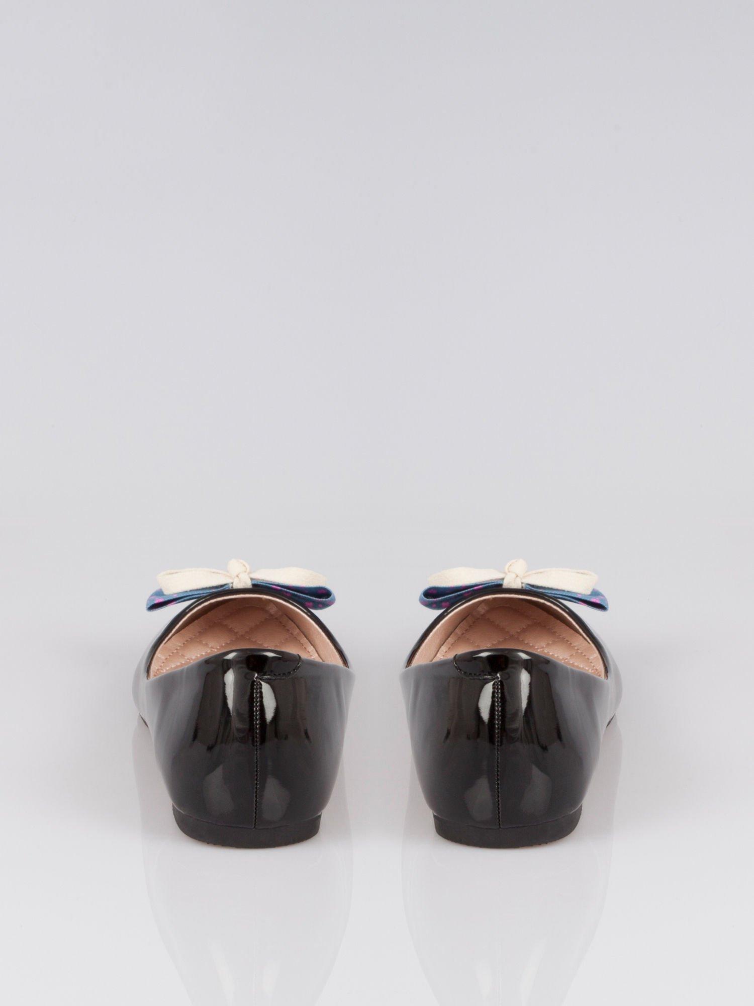 Czarne lakierowane baleriny Juicy z kokardką z denimu                                  zdj.                                  1