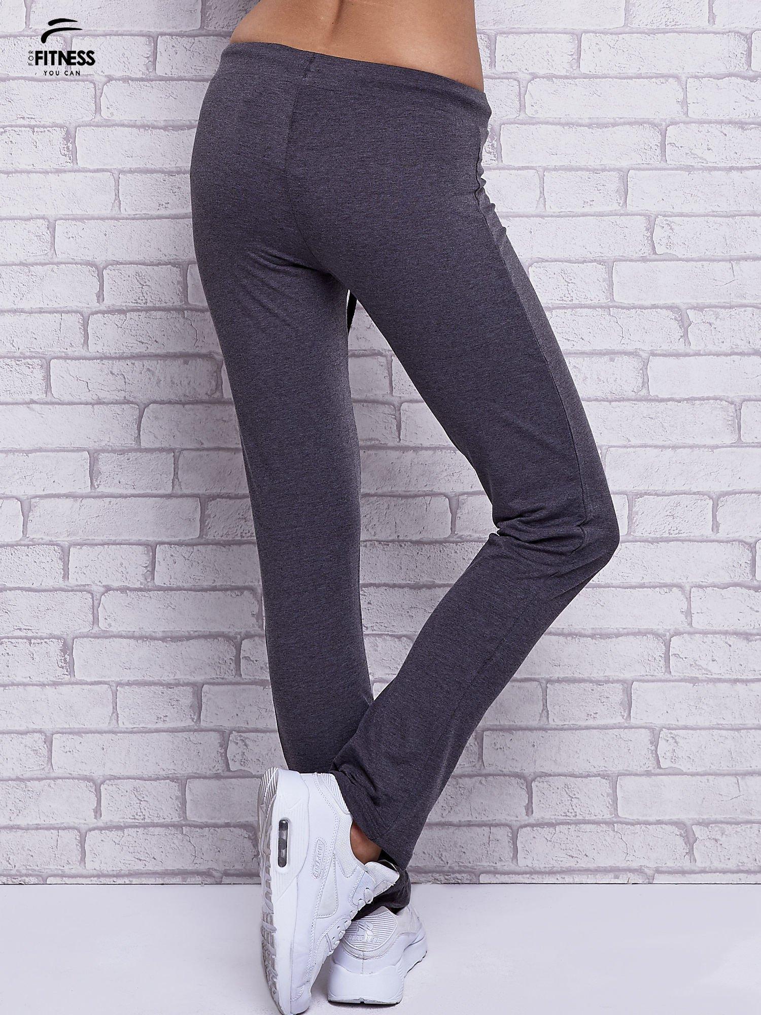 Czarne melanżowe spodnie dresowe z prostą nogawką                                  zdj.                                  3