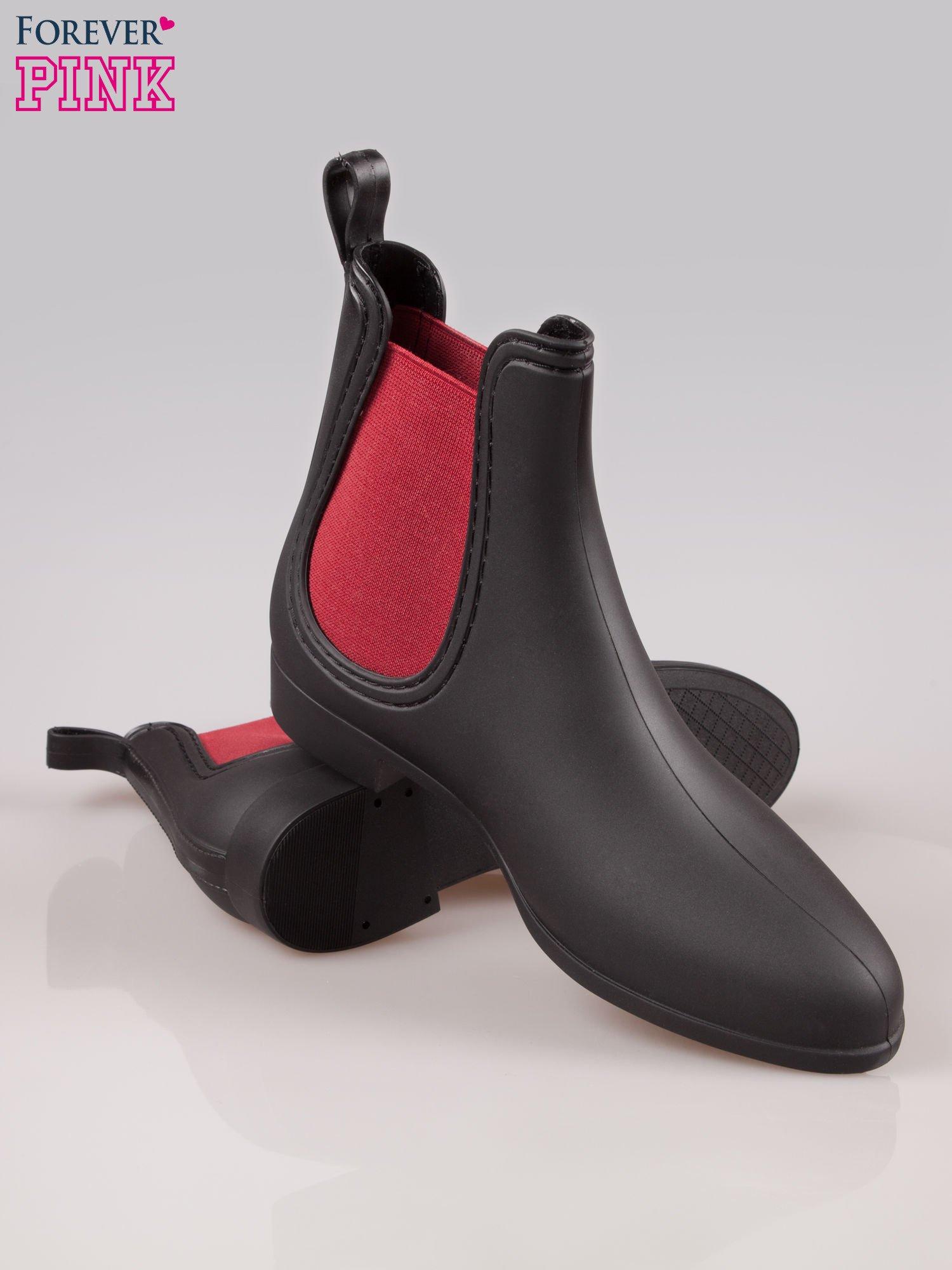 Czarne niskie kalosze z czerwoną gumą po bokach cholewki                                  zdj.                                  4