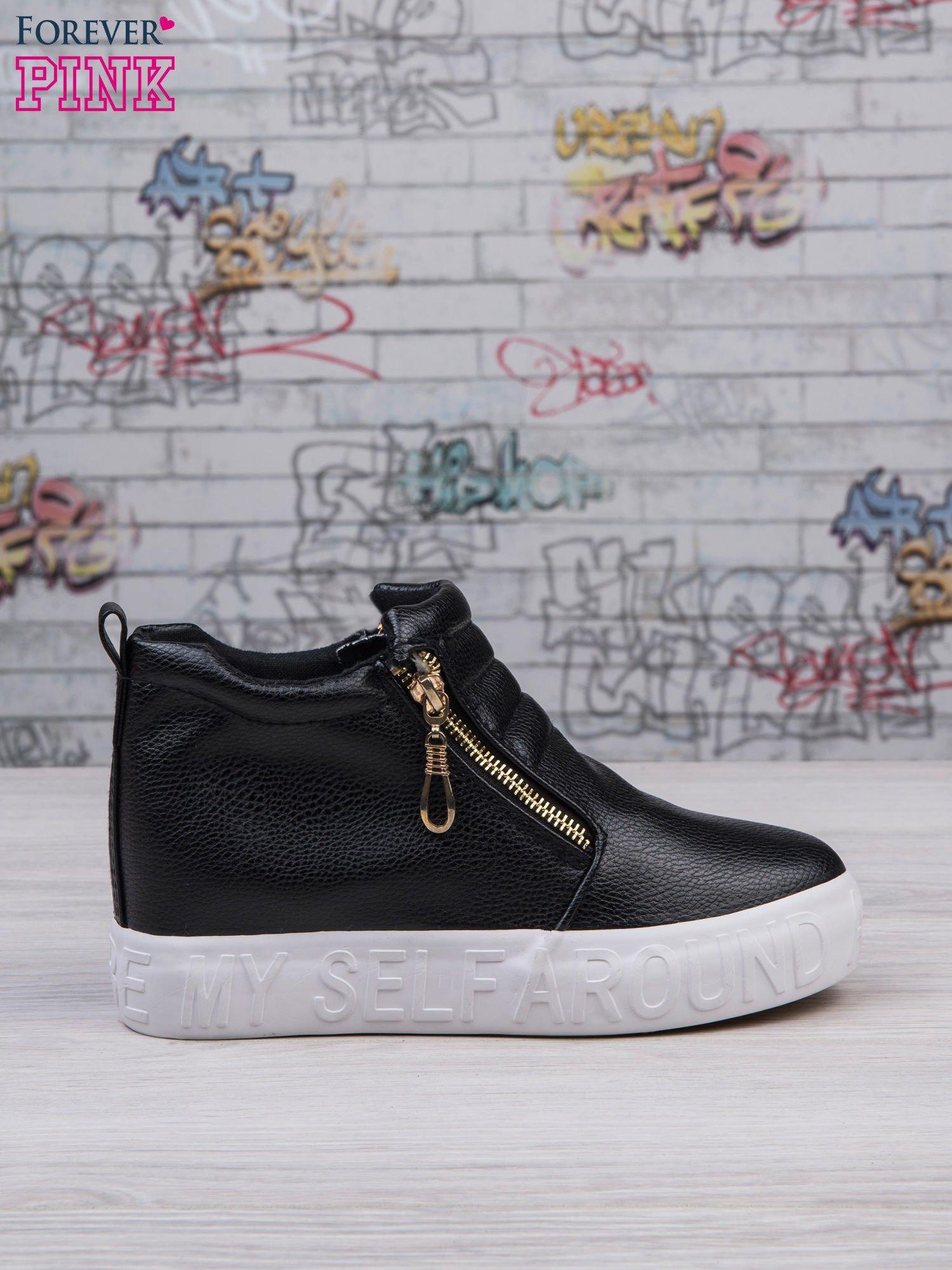 Czarne skórzane buty slip on Tracy ze złotym suwakiem i napisem                                  zdj.                                  1