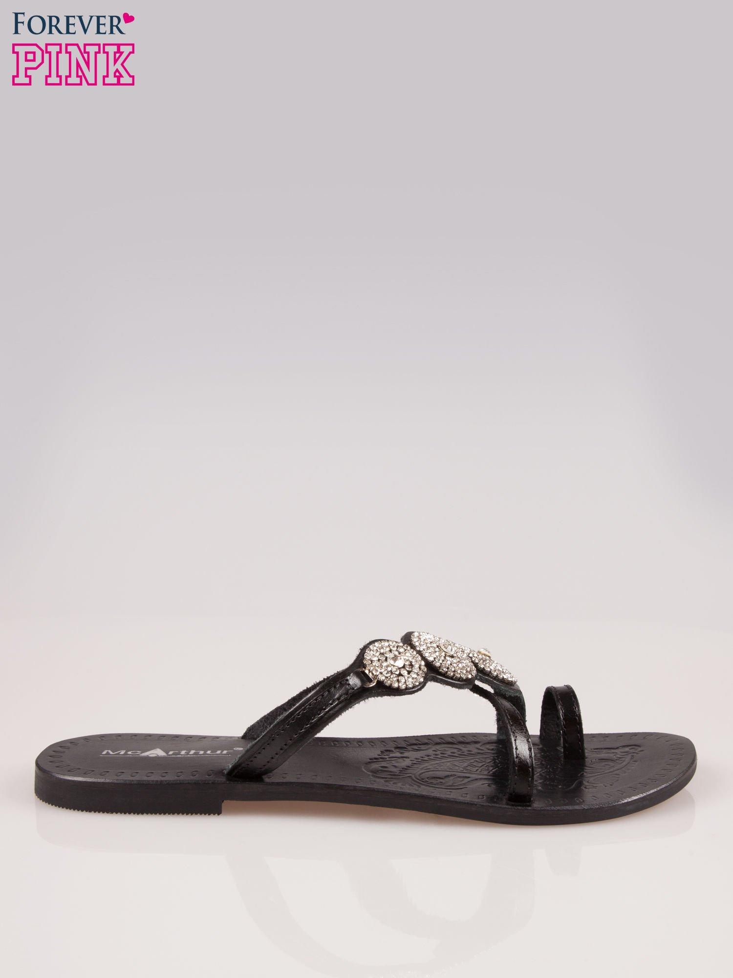 Czarne skórzane klapki typu japonki z ozdobami z cyrkonii                                  zdj.                                  1