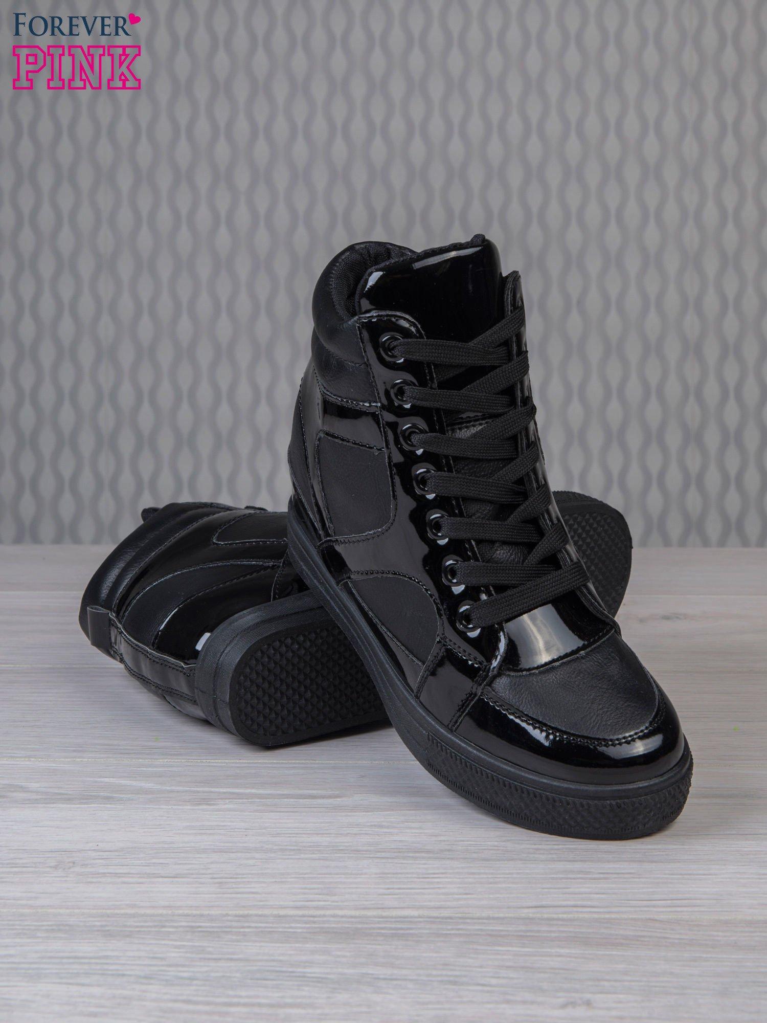 Czarne sneakersy za kostkę z lakierowanymi elementami                                  zdj.                                  4