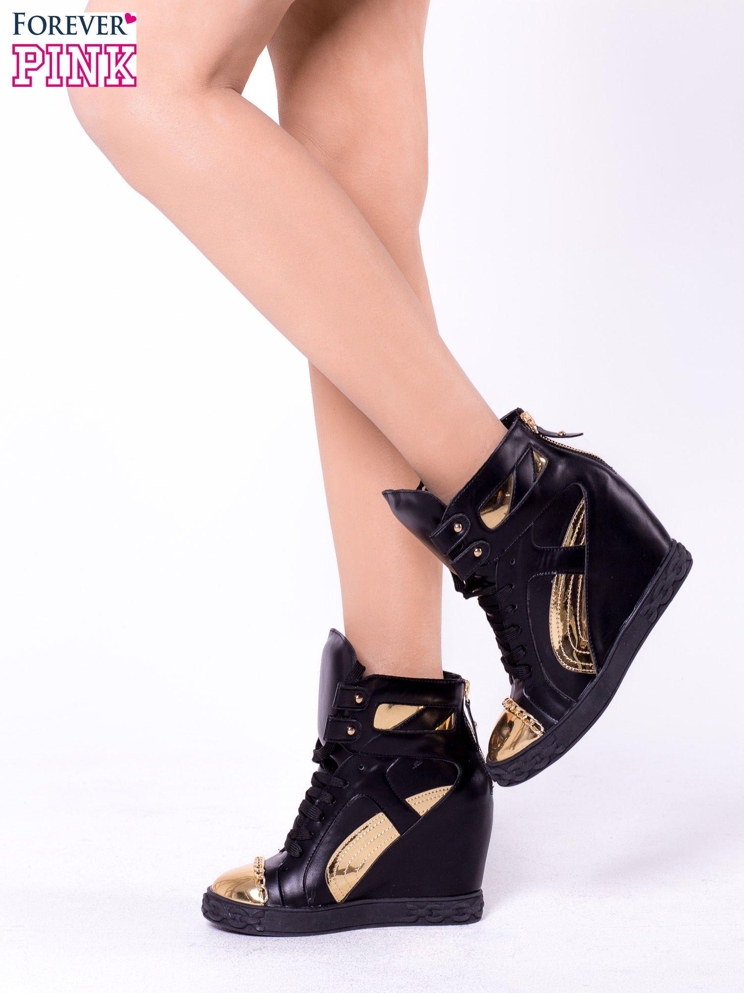 Czarne sneakersy ze złotą blaszką                                  zdj.                                  4