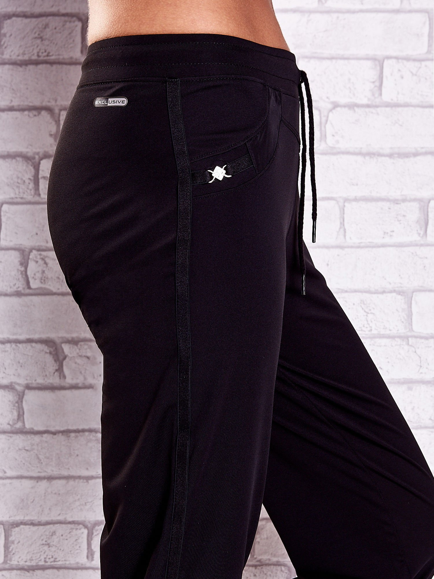 Czarne spodnie capri z dżetami i lampasami PLUS SIZE                                  zdj.                                  5