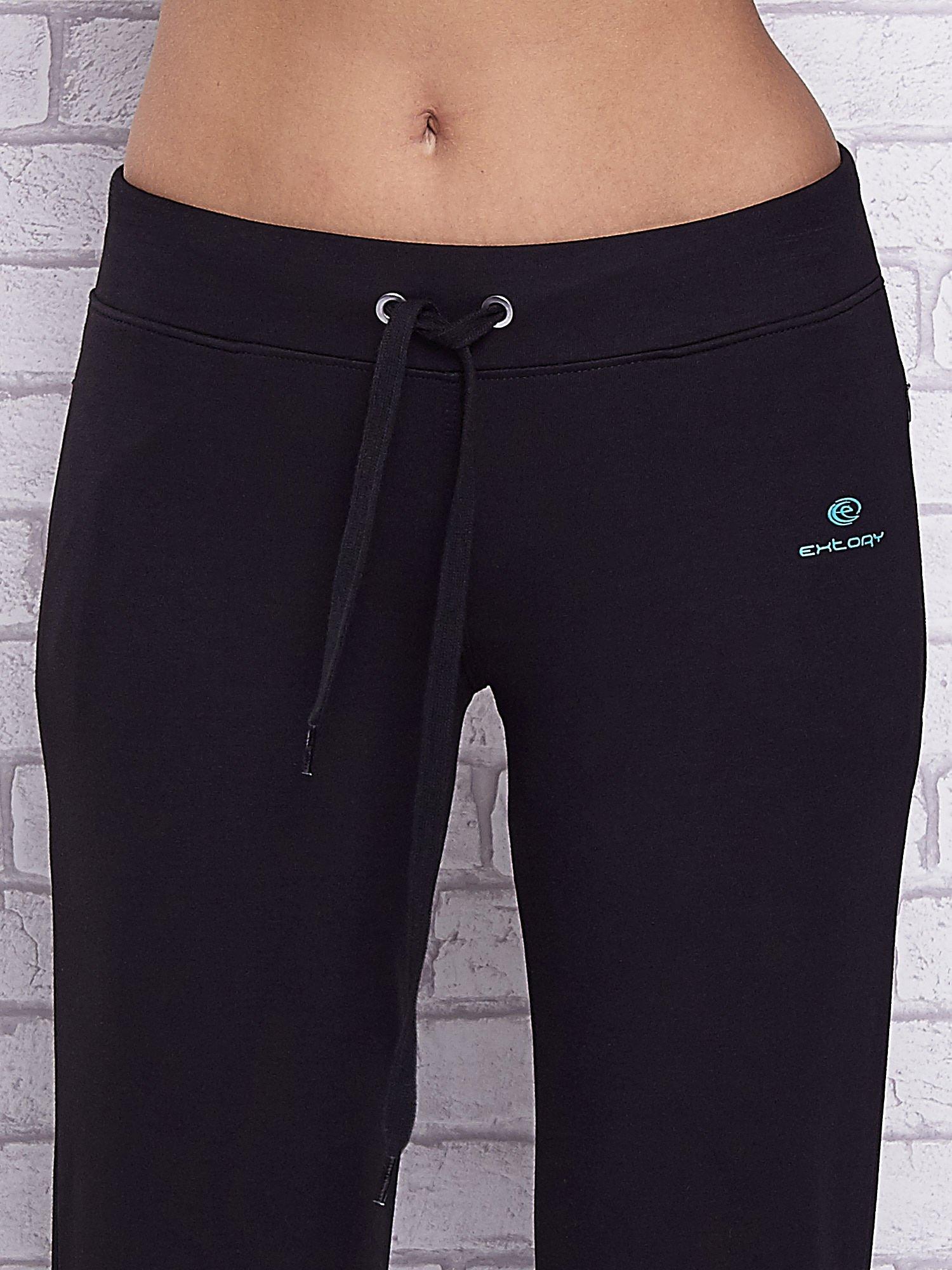 Czarne spodnie capri z motywem pasków na nogawkach                                  zdj.                                  4