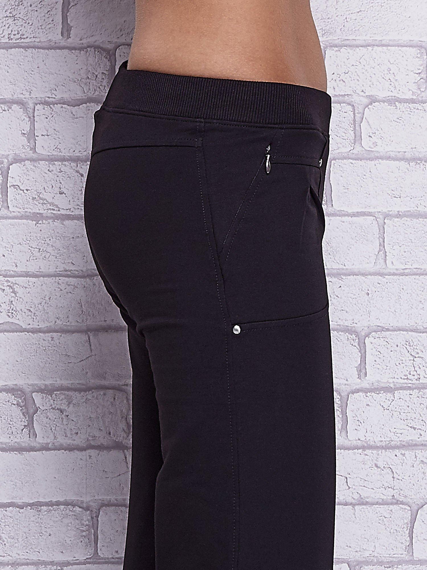 Czarne spodnie capri z wszytymi kieszeniami                                   zdj.                                  5