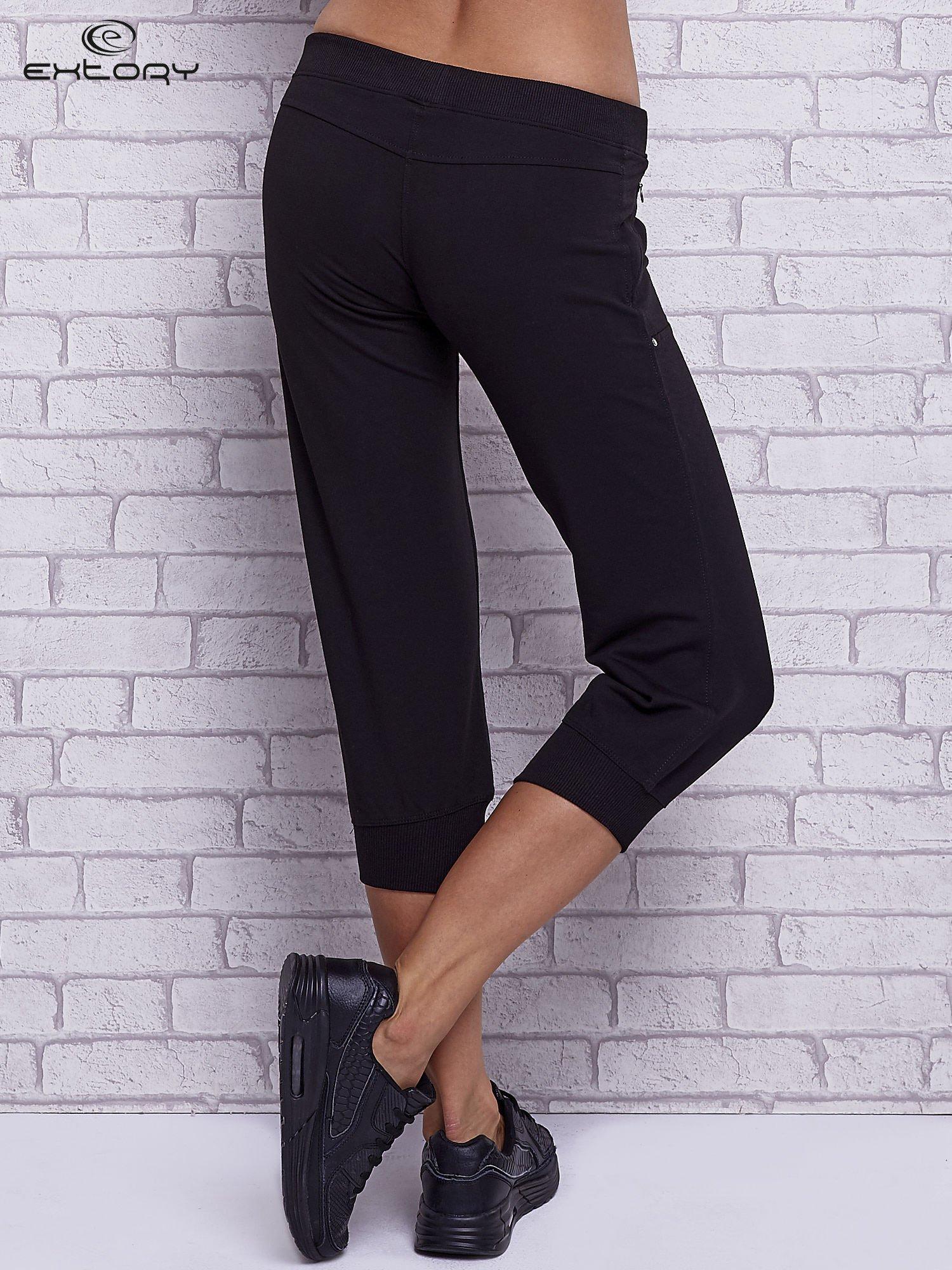 Czarne spodnie capri z wszytymi kieszeniami                                   zdj.                                  2