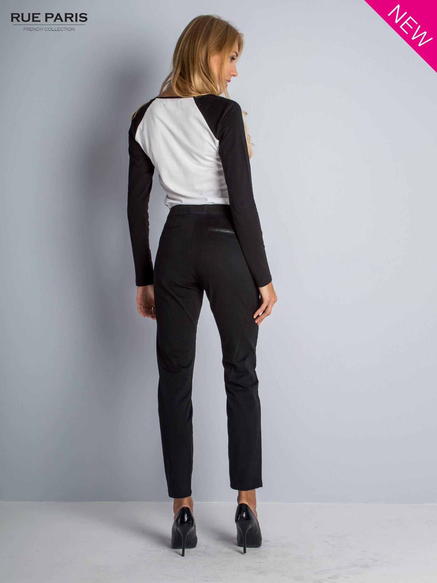 Czarne spodnie cygaretki ze skórzaną lamówką przy kieszeniach                                  zdj.                                  3